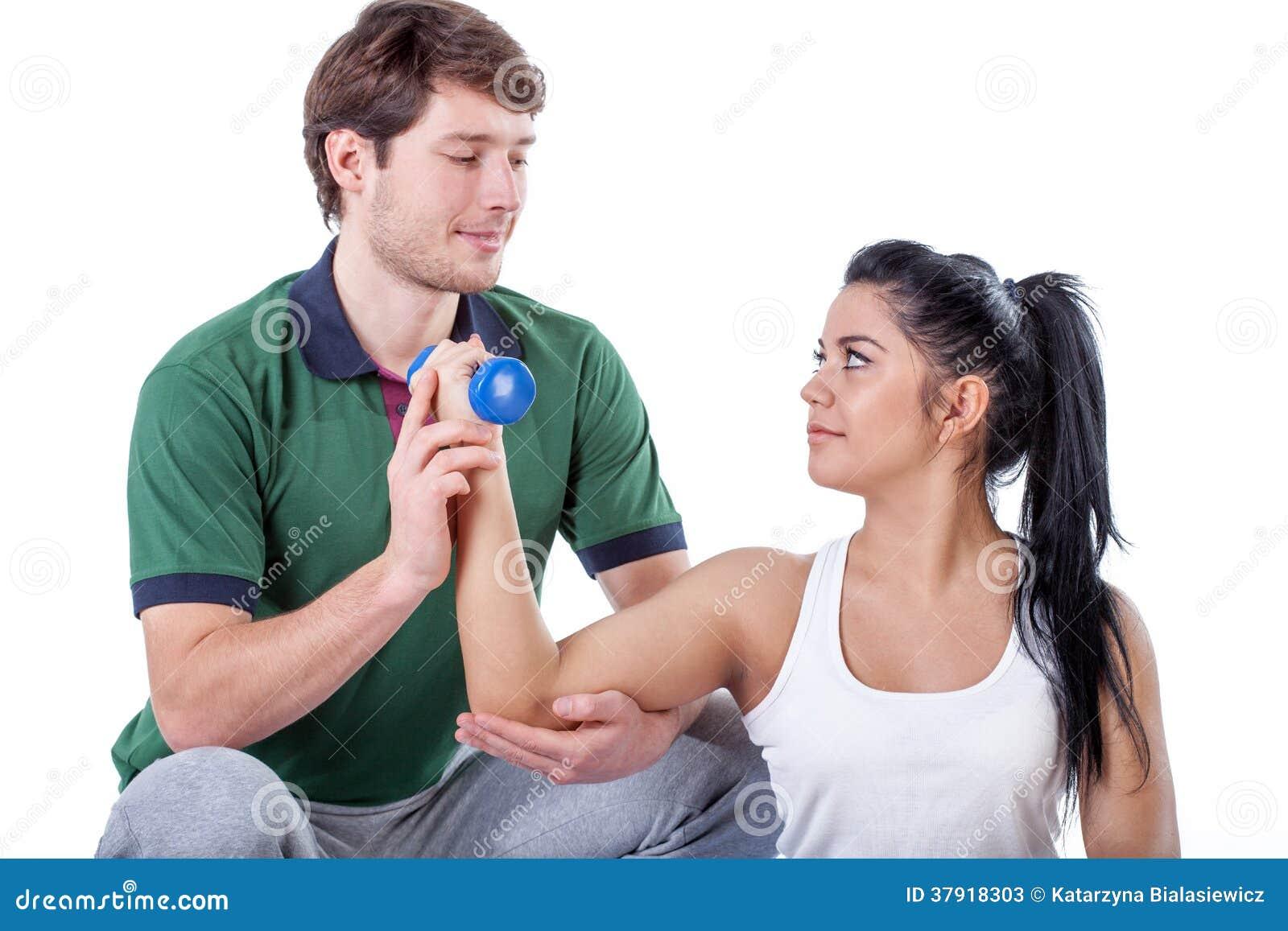 Physiotherapist robi ćwiczeniu z jego pacjentem