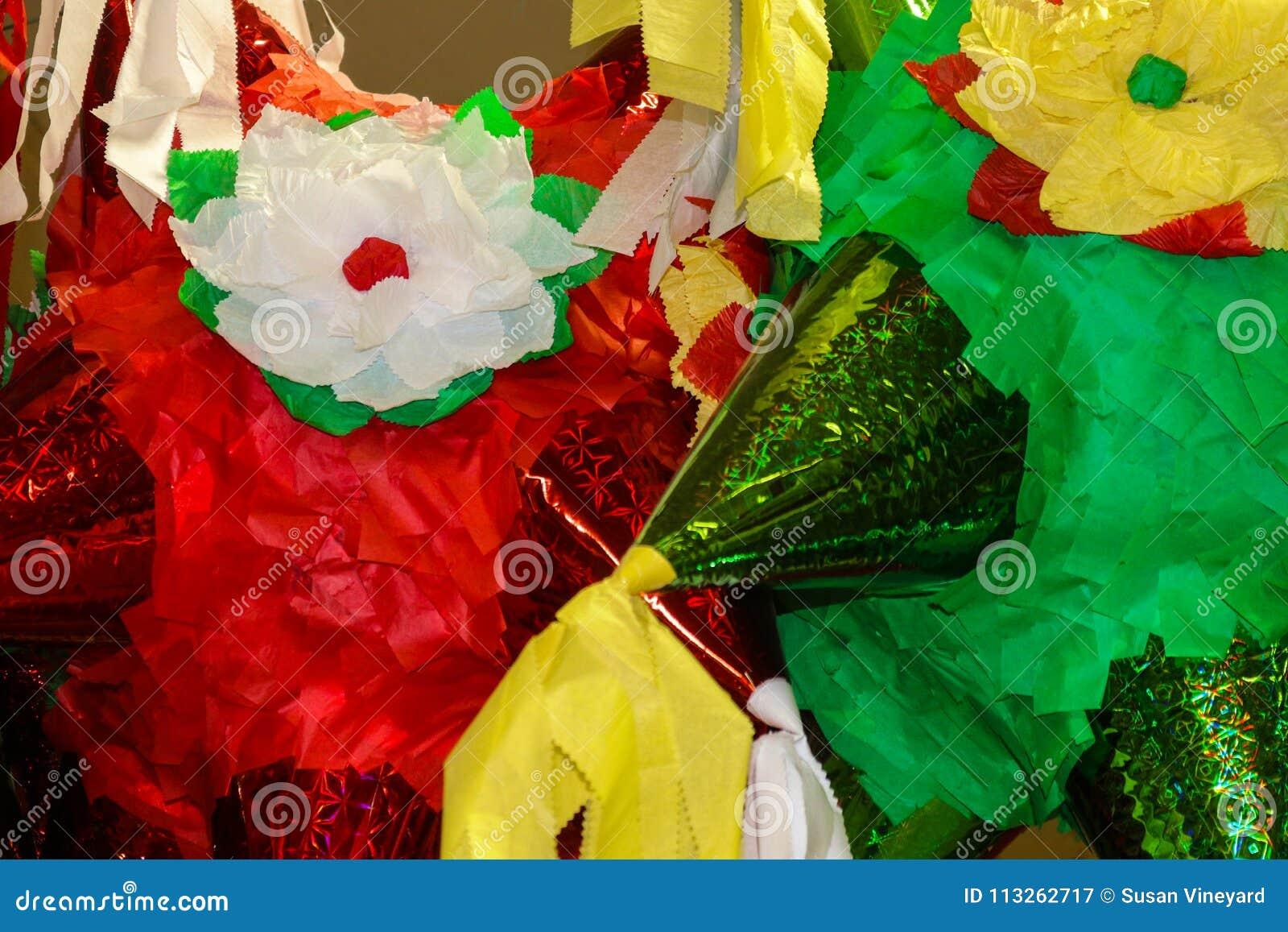Piñata brillamment coloré prêt à remplir de sucrerie et de petits jouets pour une célébration mexicaine - fond - plan rapproché