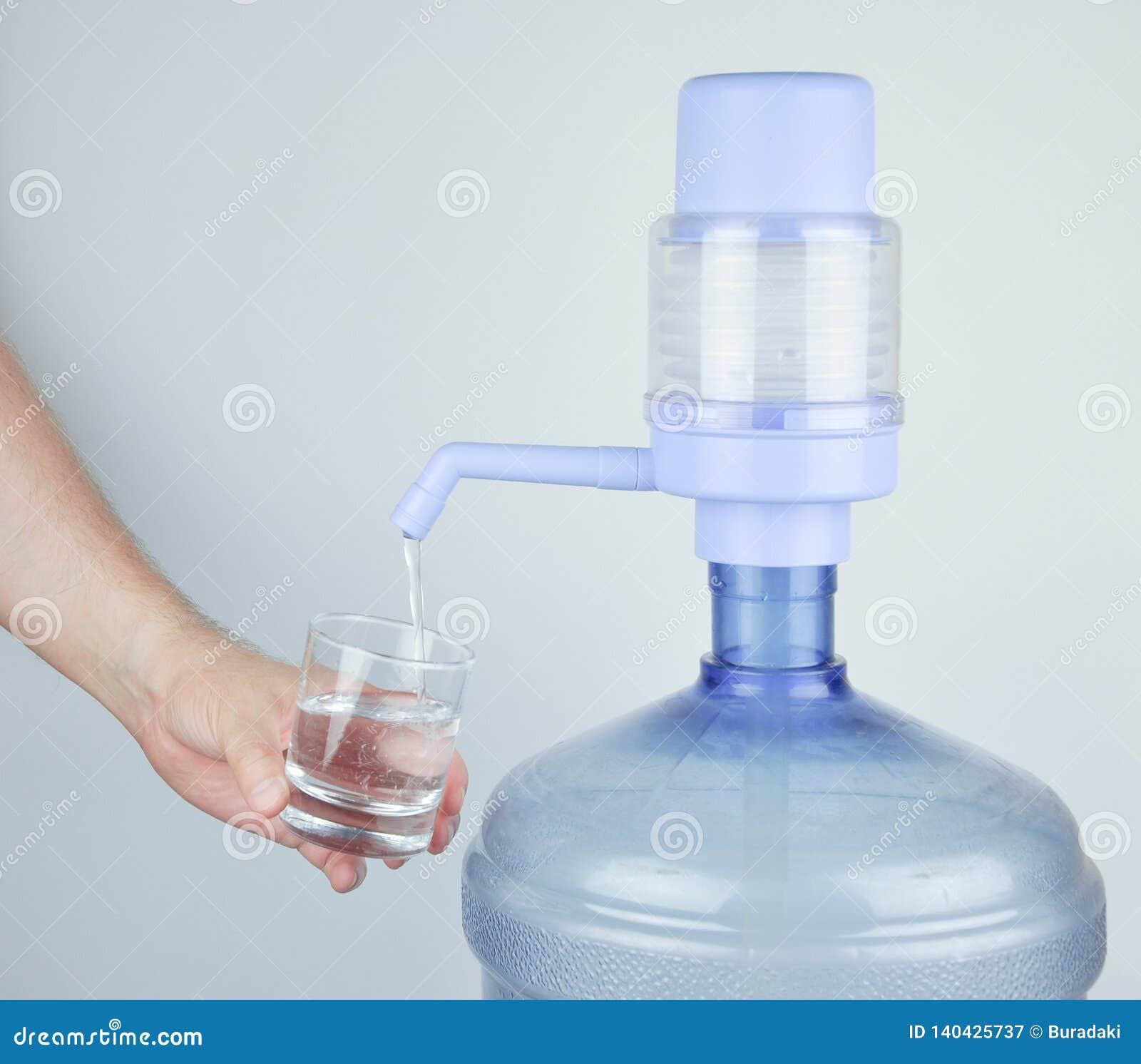 Pić wodę butelkową i manuał pompę