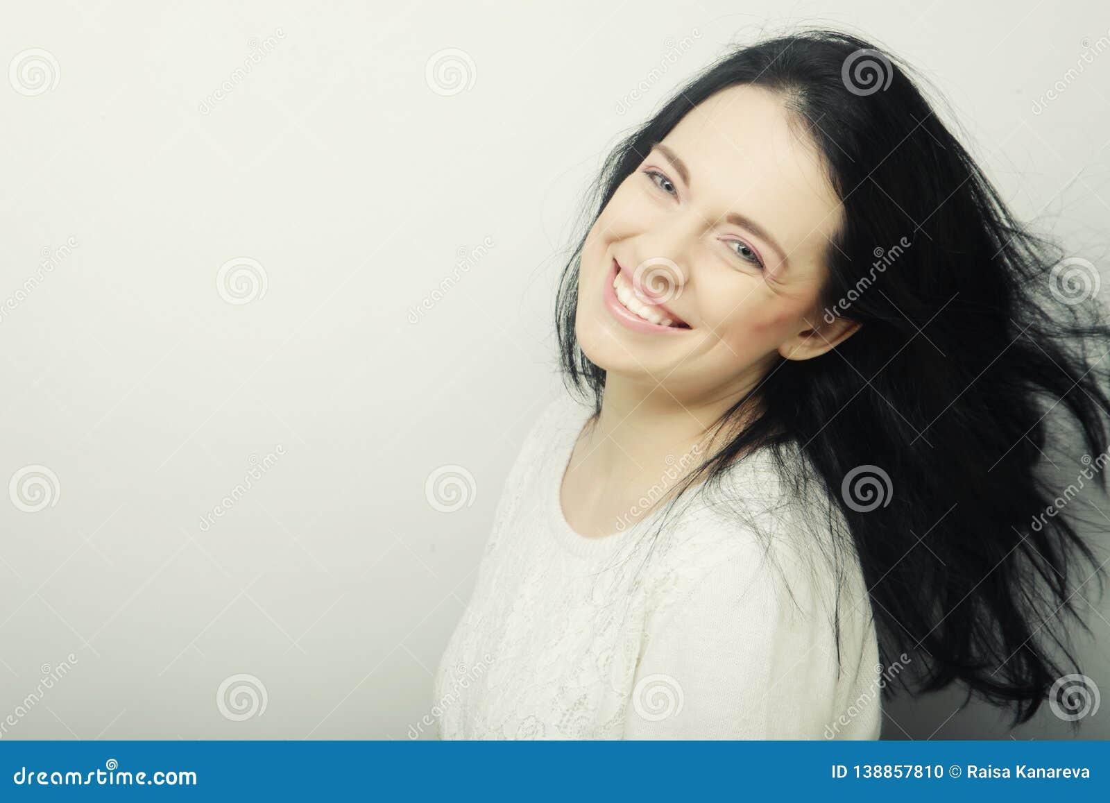 Piękna młoda szczęśliwa brunetki kobieta