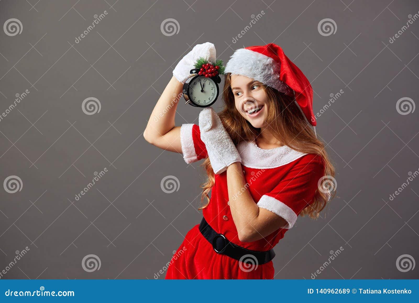 Piękna pani chrismas przedstawia Mikołaja Święty Mikołaj ubierał w czerwonym kontuszu, Santa kapeluszowy i białe rękawiczki trzym