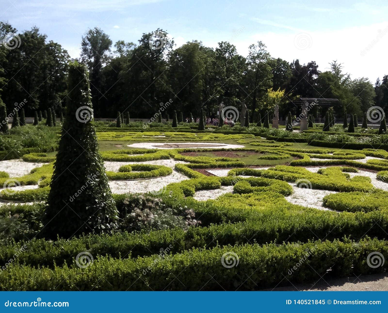 Piękne ogrody wokół pałacu w Wilanowie.Beautiful gardens around the palace in Wilanów.