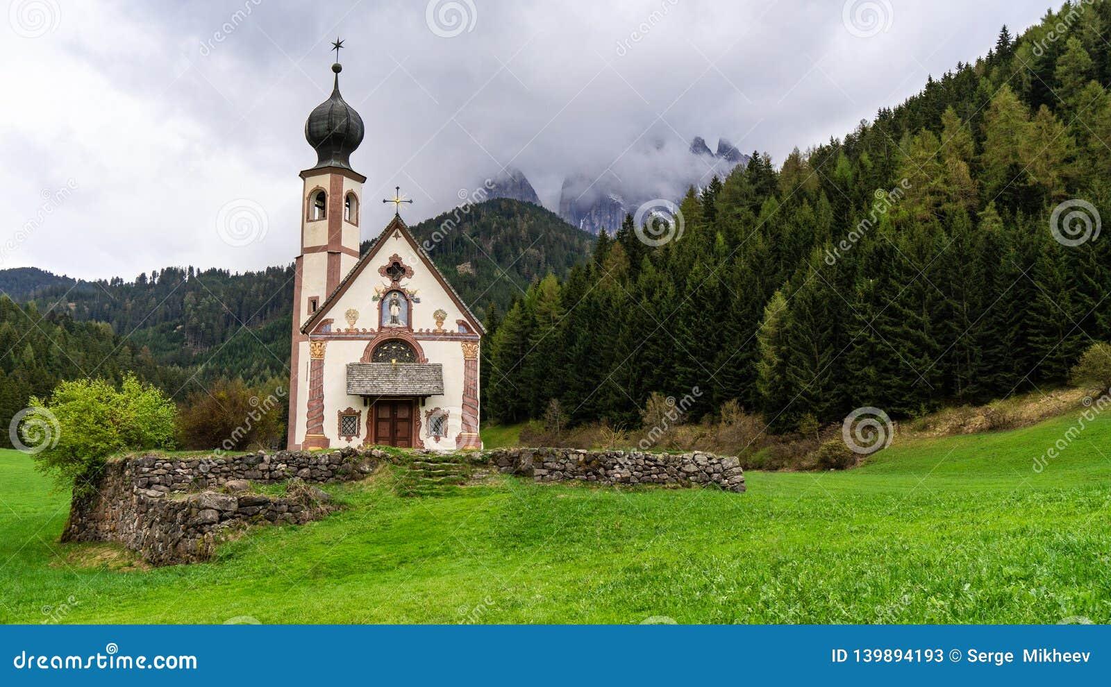 Piękny krajobraz w Alps Najlepszy wysokogórski miejsce, St Johann kościół, Santa Maddalena, Val Di Funes, dolomity, Włochy