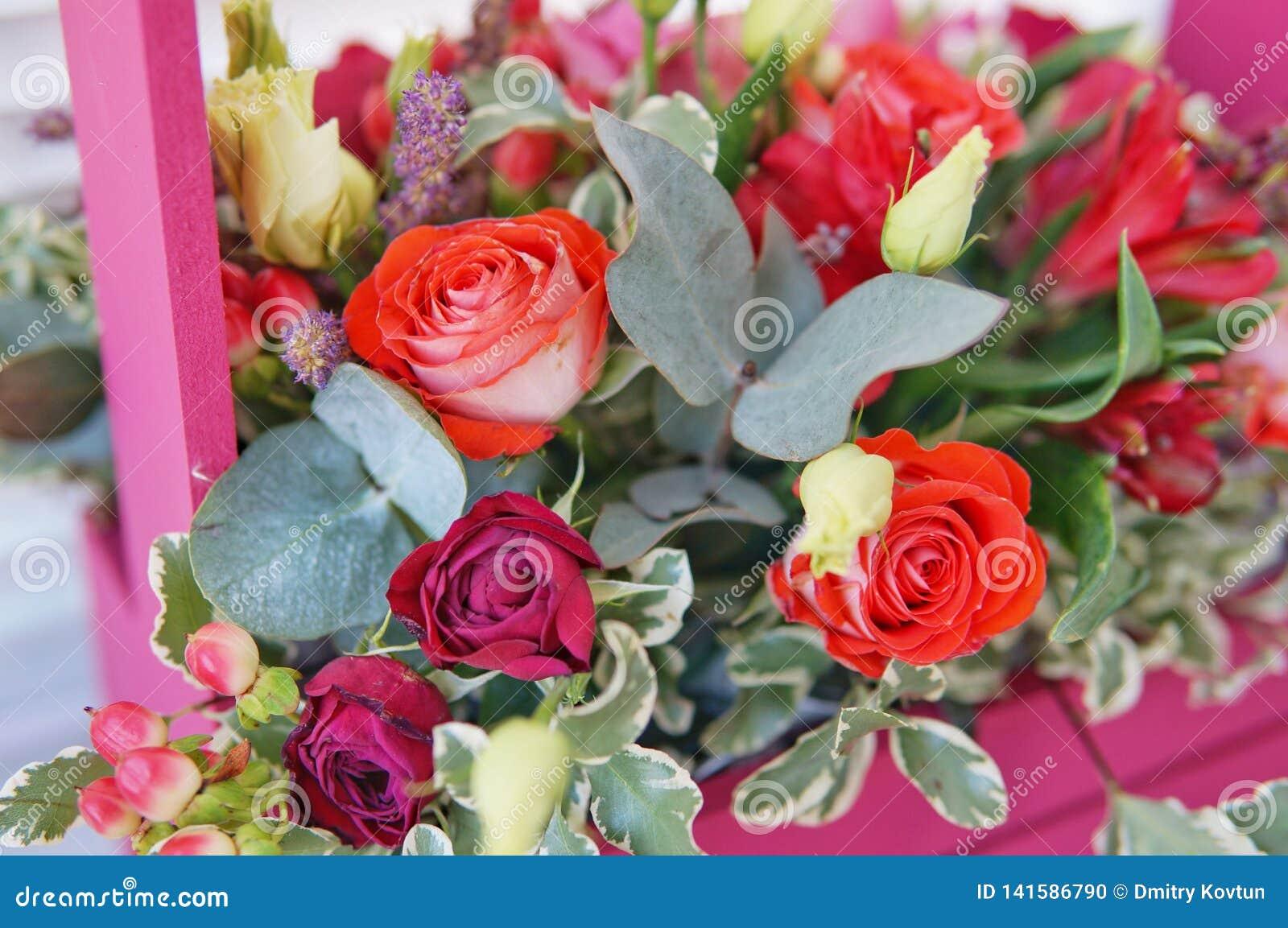Piękny kwiecisty przygotowania czerwień, menchie i Burgundy, kwitnie w różowym drewnianym pudełku
