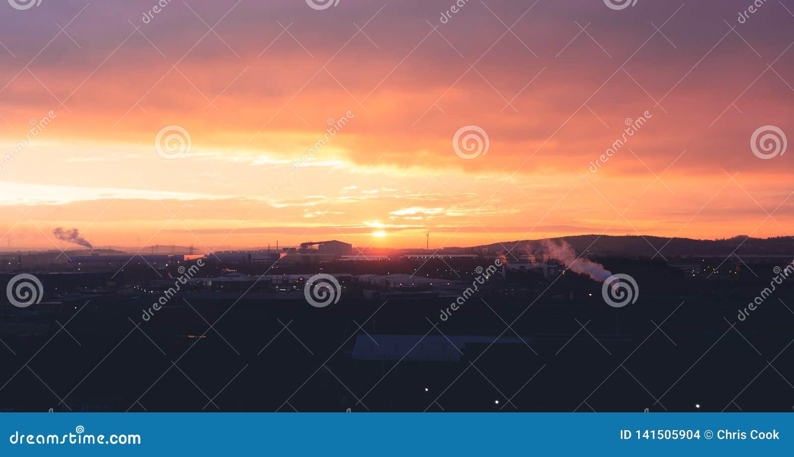Piękny pomarańcze i purpur wschód słońca nad Sheffields parkiem przemysłowym