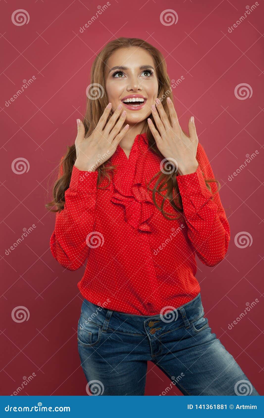 Piękny z podnieceniem zdziwiony studencki dziewczyna portret Szczęśliwa młoda kobieta z rozpieczętowanym usta na kolorowym jaskra