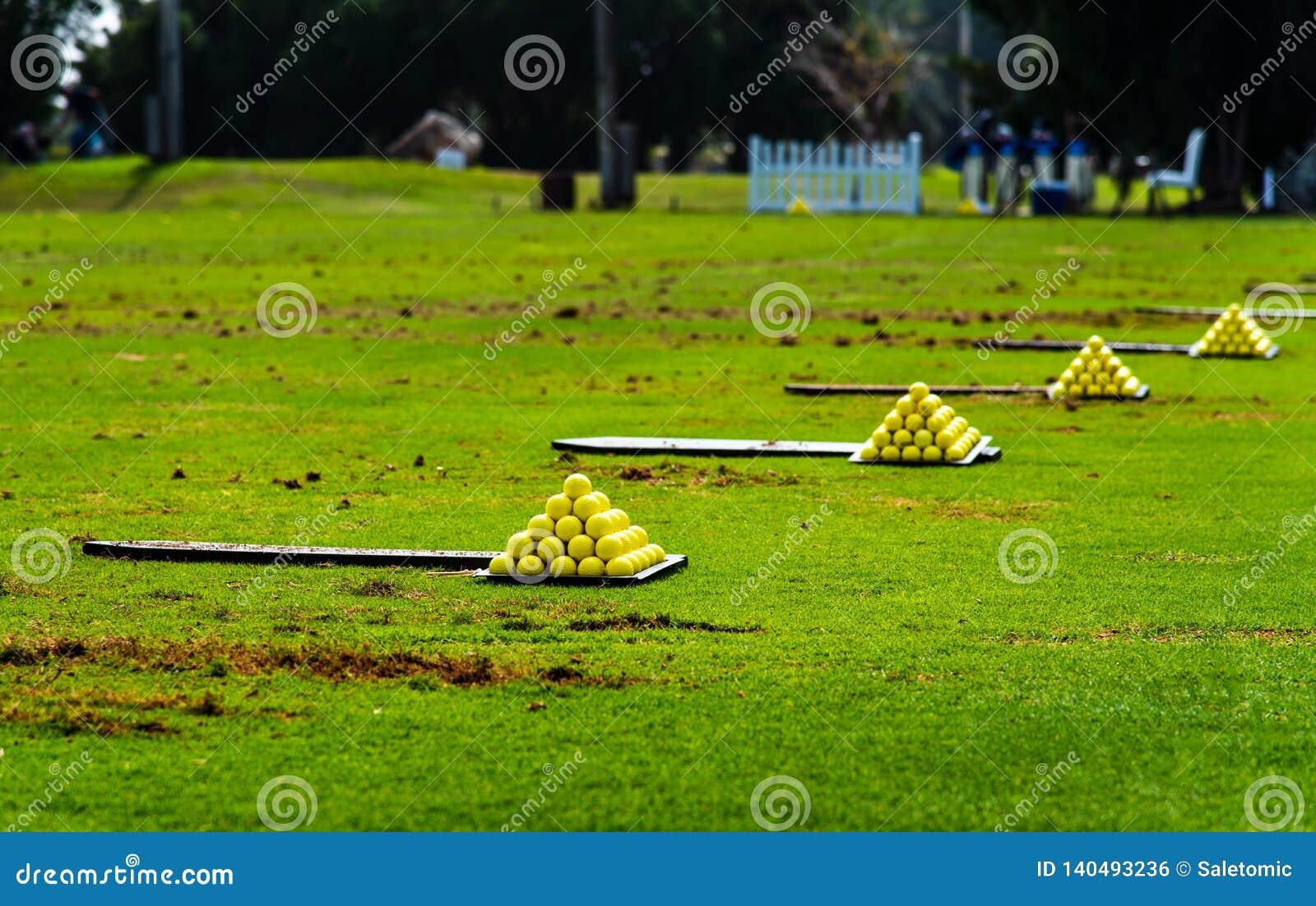 Piłki na polu golfowym rozkazywać dla praktyki
