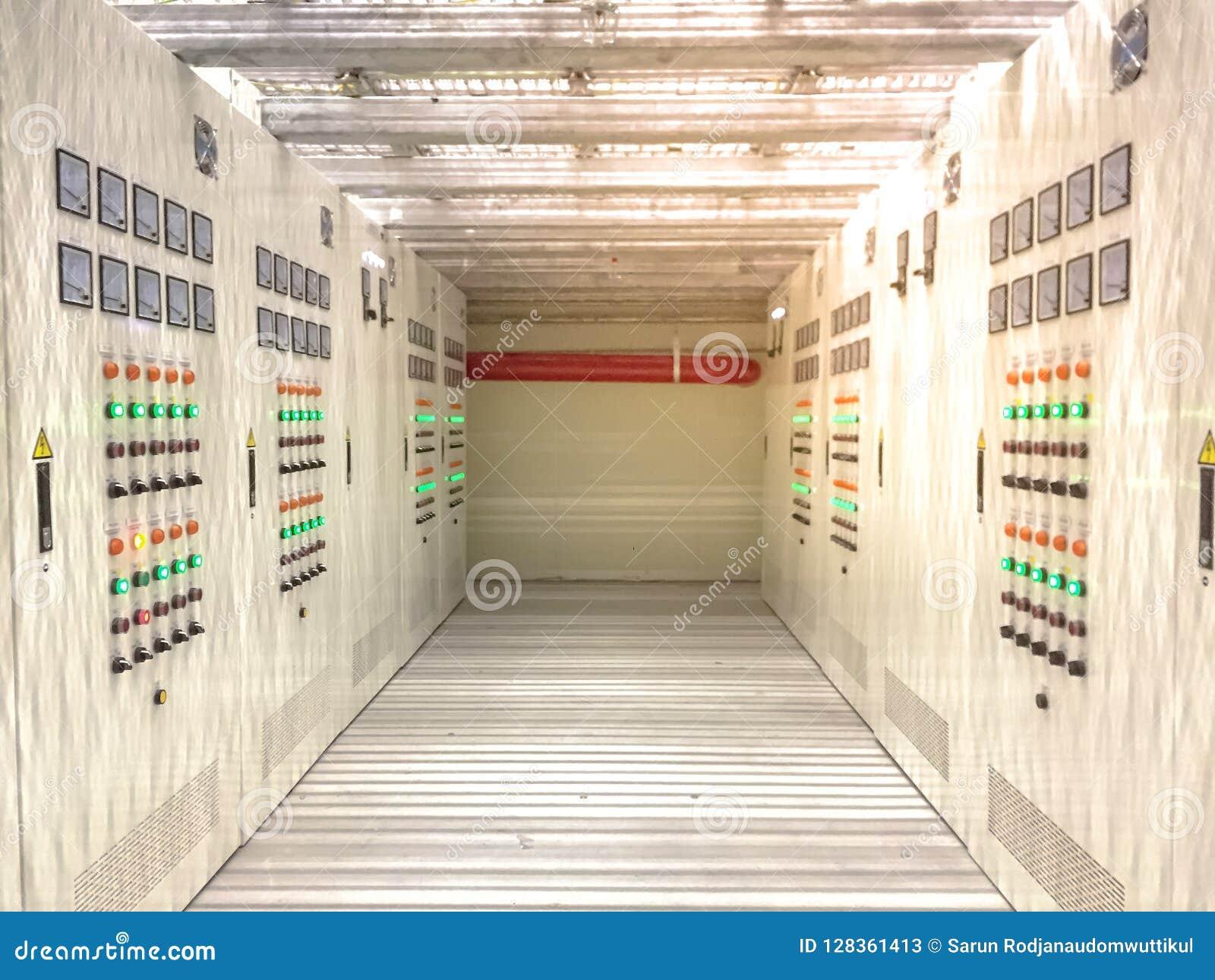 Pièce électrique située dans le secteur dangereux avec de la pression positive, coffret électrique avec le couloir sous le planch