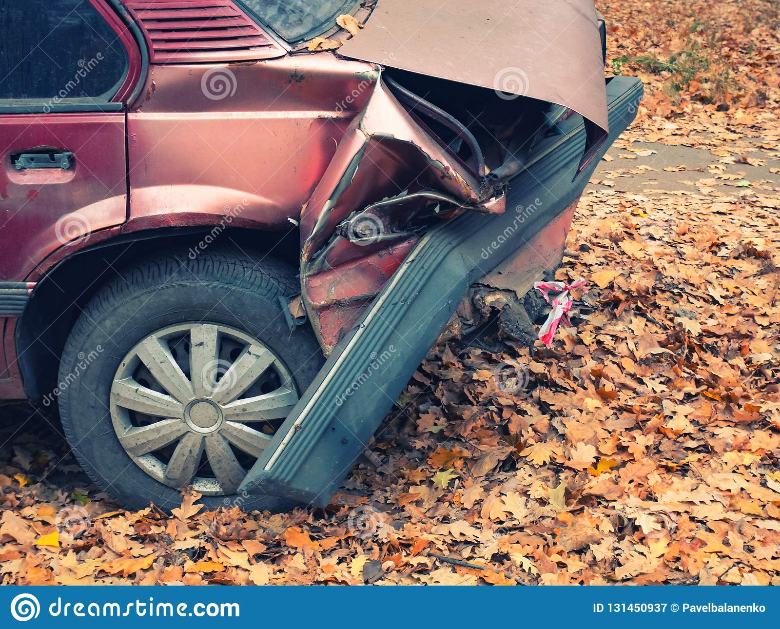 Pièce arrière de voiture après accident d accident tir de côté de plan rapproché de pare-chocs arrière et de pneu crevé chiffonné