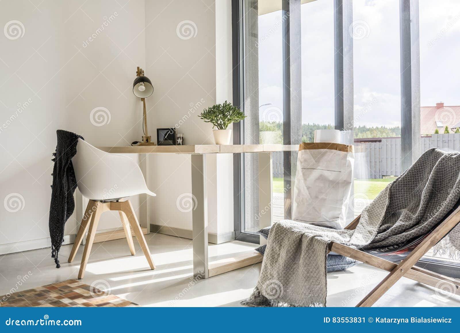 Pièce avec le bureau et la chaise image stock image du écologique