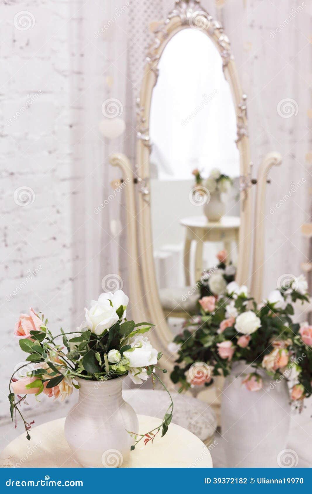 Pièce blanche avec la chaise de miroir et de vintage