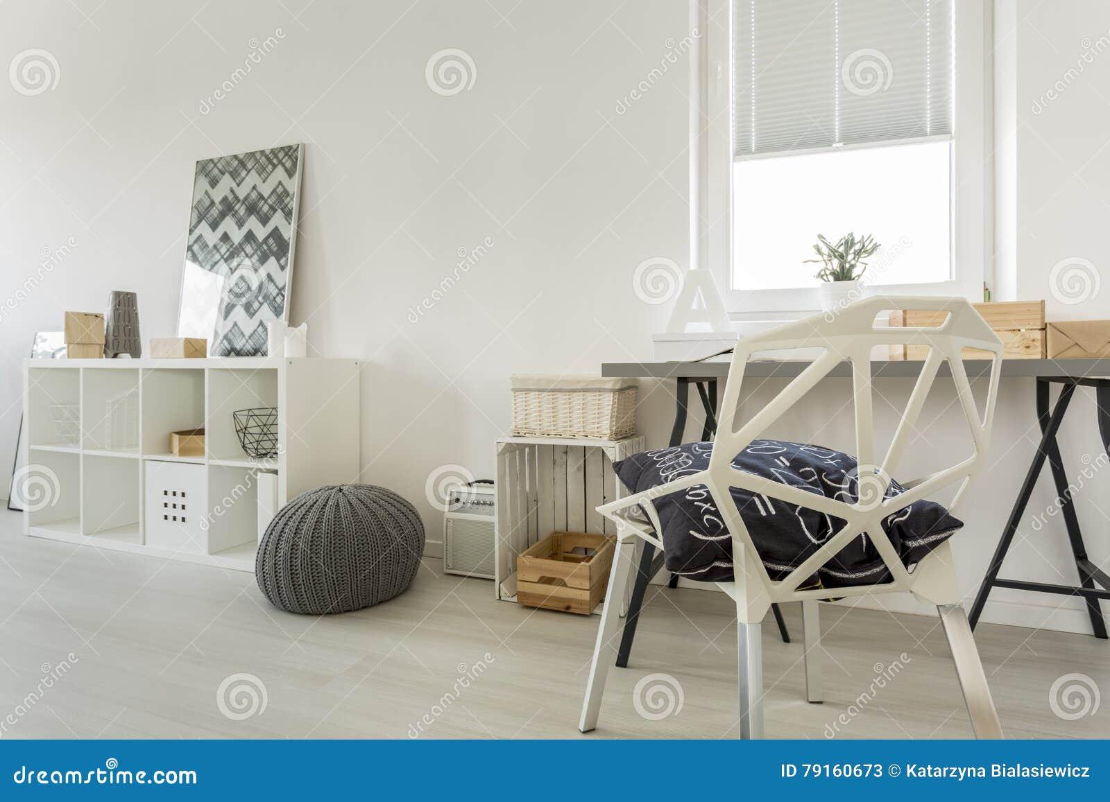 Pièce blanche avec la chaise en cristal image stock image du
