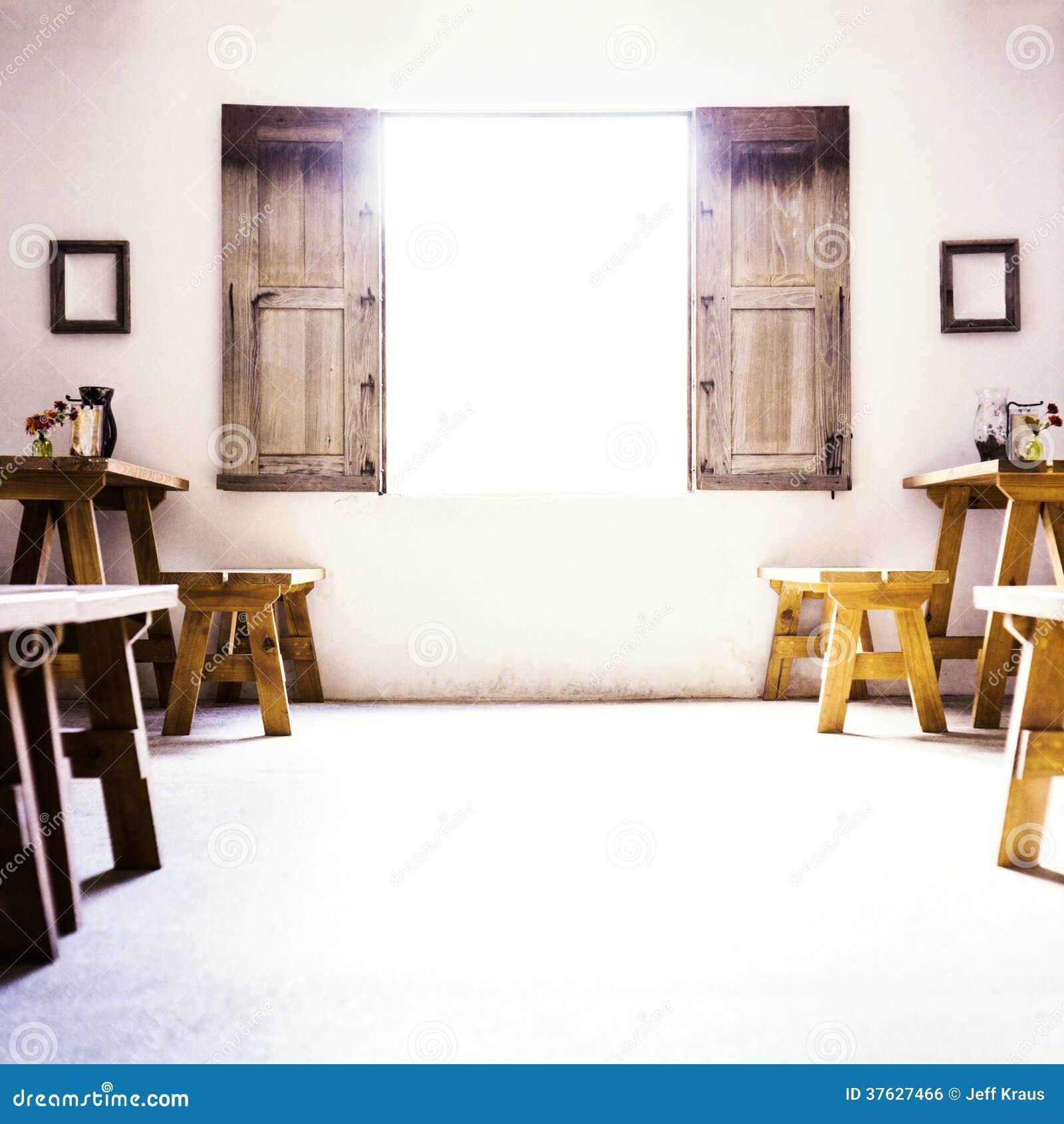 Pi ce coloniale espagnole avec la basse fen tre et le s en bois image libre de droits image for Fenetre en espagnol