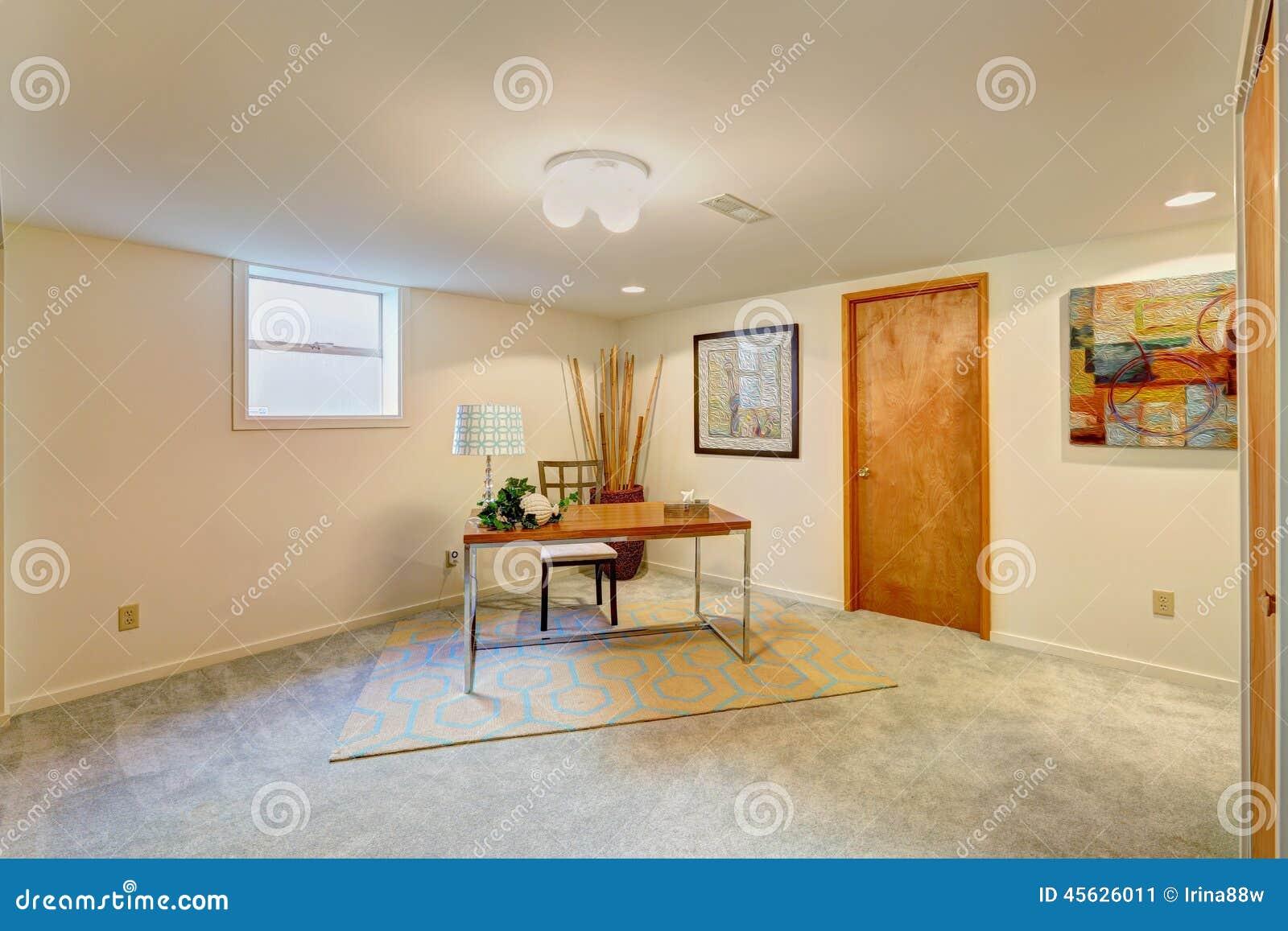 Pièce de bureau de sous sol avec le bureau image stock image du