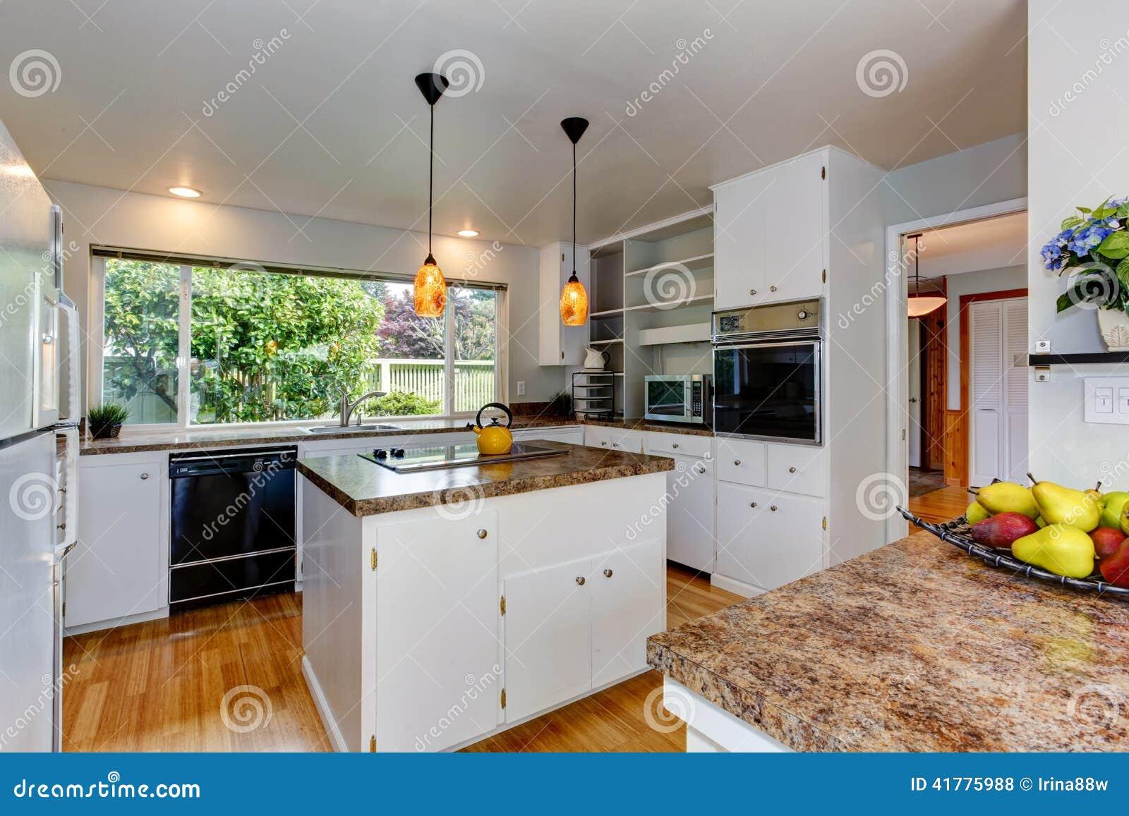 pi ce de cuisine avec la fen tre photo stock image du am ricain northwest 41775988. Black Bedroom Furniture Sets. Home Design Ideas