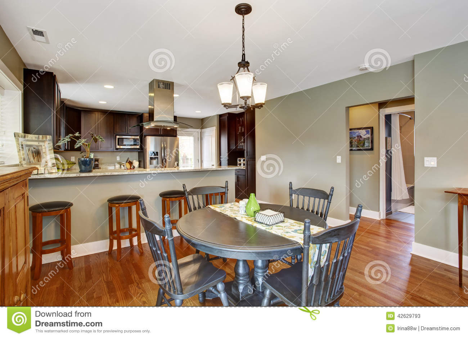 pi ce de cuisine de brun sombre avec la salle manger photo stock image 42629793. Black Bedroom Furniture Sets. Home Design Ideas