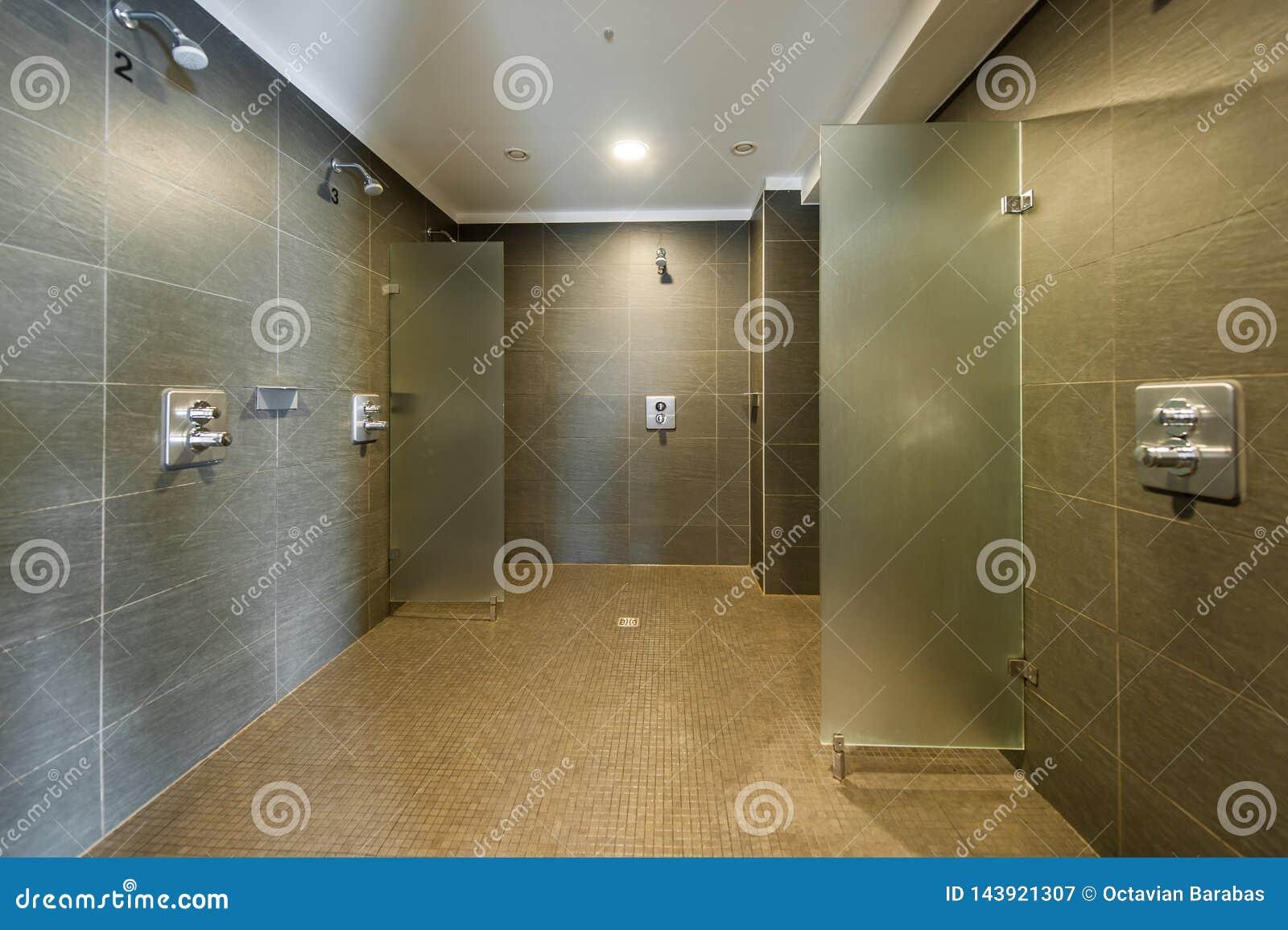 Pièce de douche propre et moderne dans le studio de forme physique