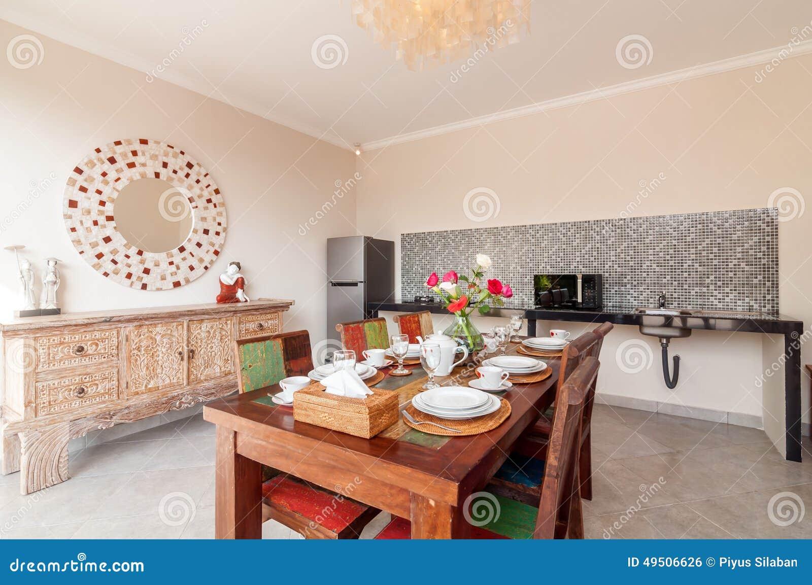 Cuisine avec table manger avantaprs design chic pour un for Table de salle a manger luxe