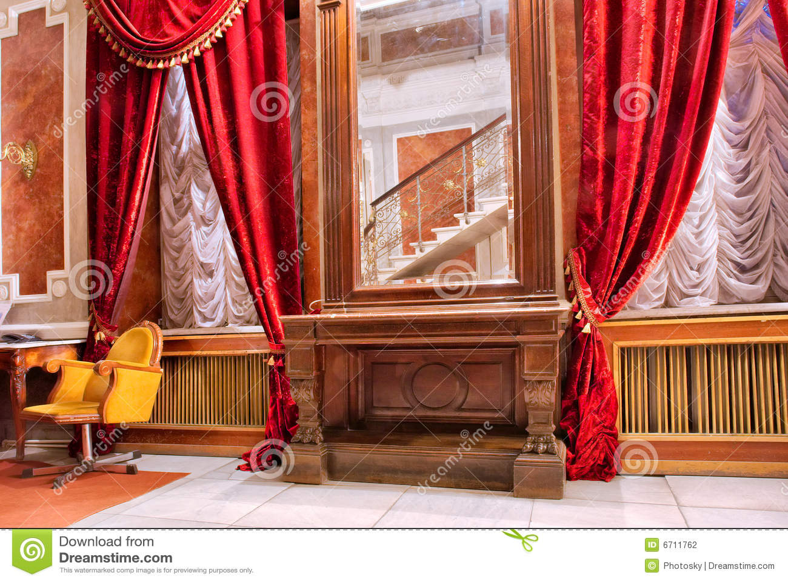 Pièce de luxe de rouge du miroir n de rideaux