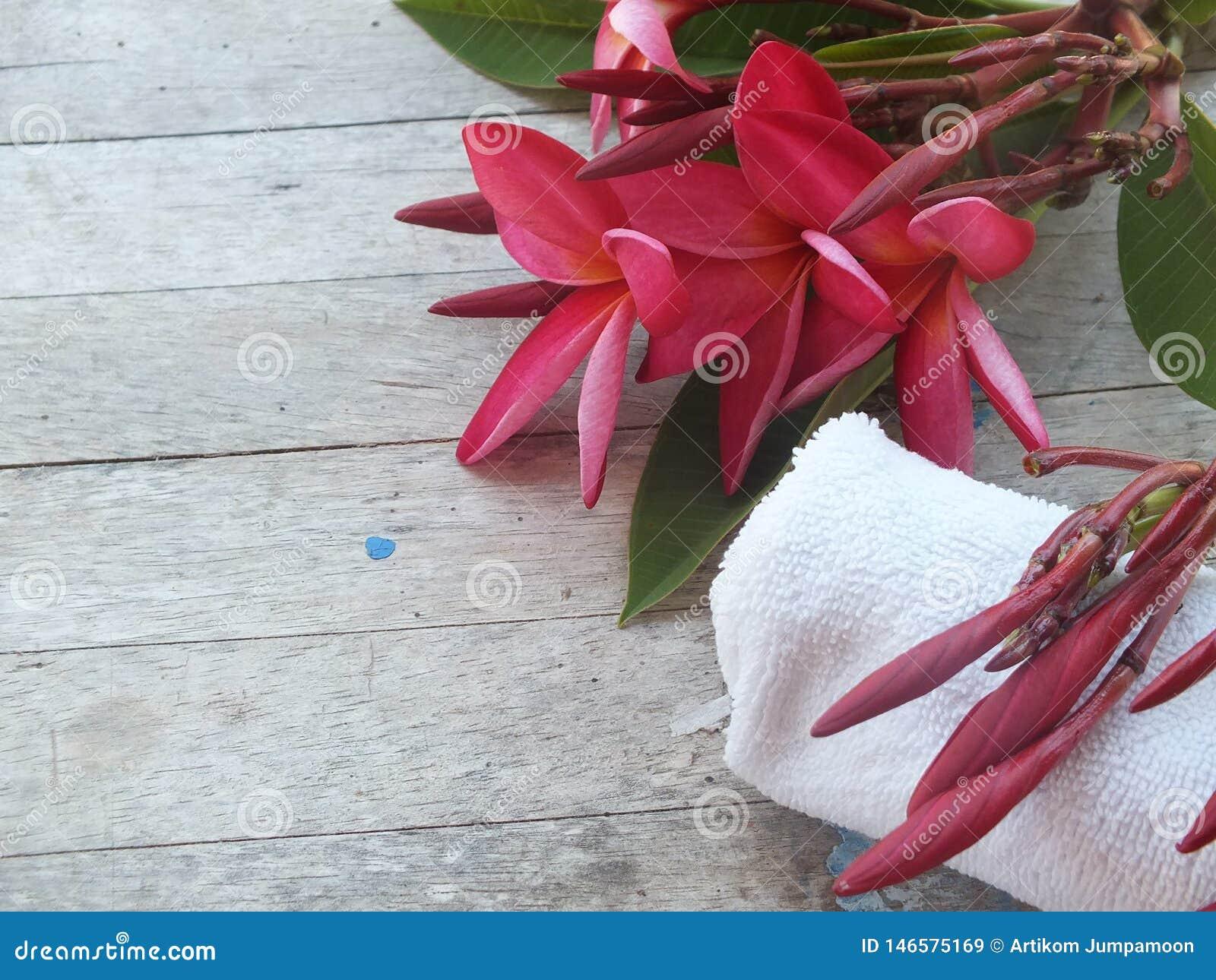 Pièce de massage de station thermale avec des fleurs et des serviettes blanches
