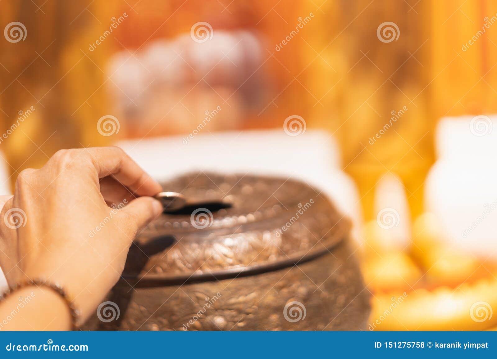 Pièce de monnaie d insertion de main pour faire le mérite, foyer sélectif