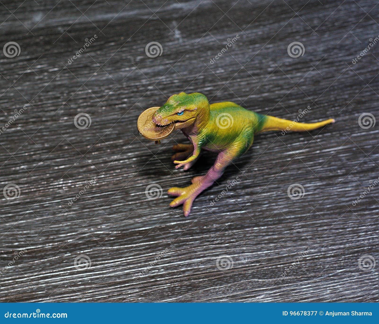 Pièce de monnaie du dollar australien dans la bouche du ` s de dinosaure