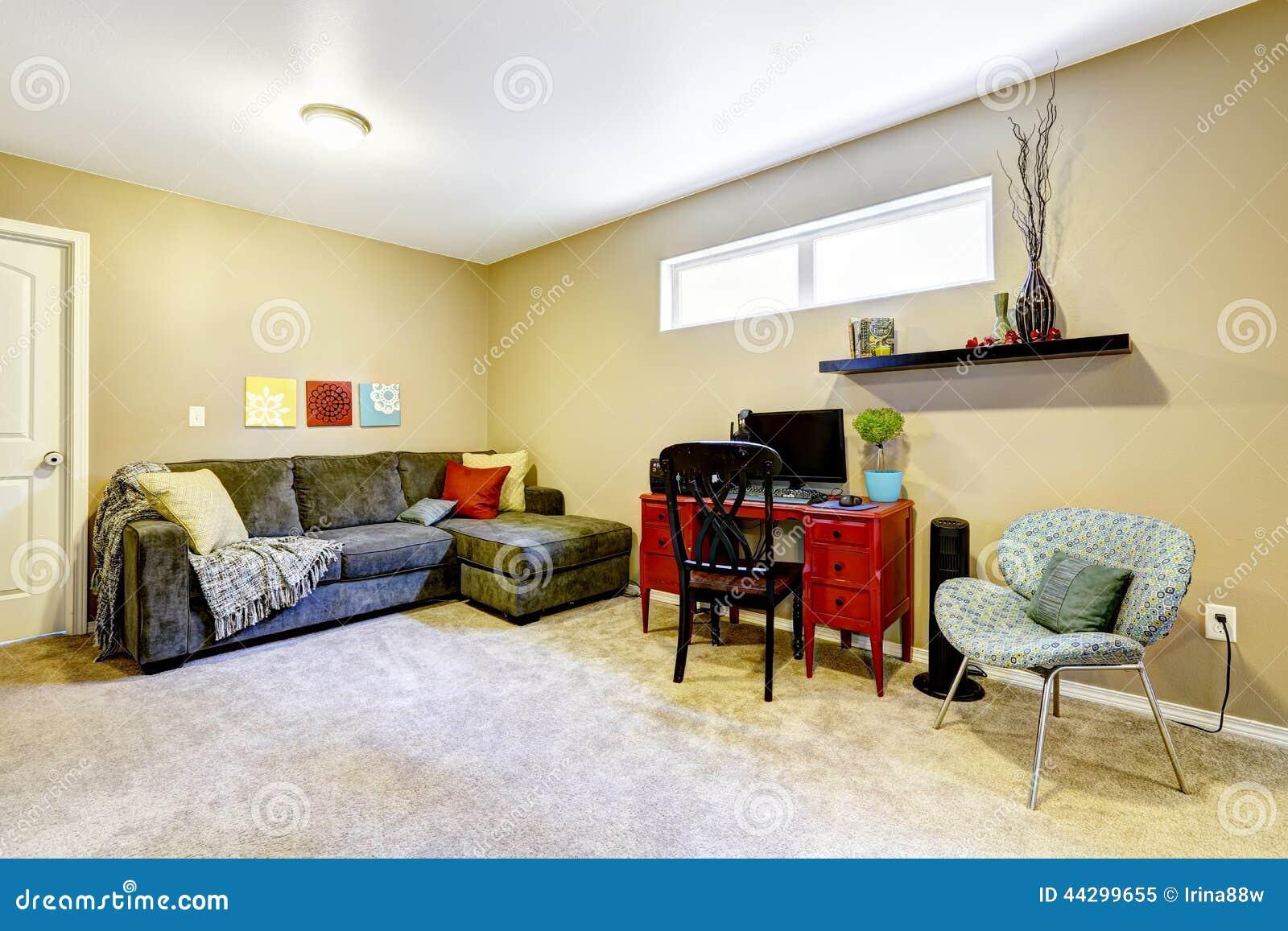 Pièce de sous sol avec le divan et le bureau image stock image du