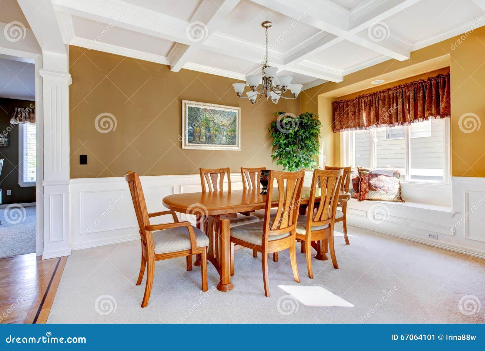 Pièce dinning simple avec le tapis et les murs beiges