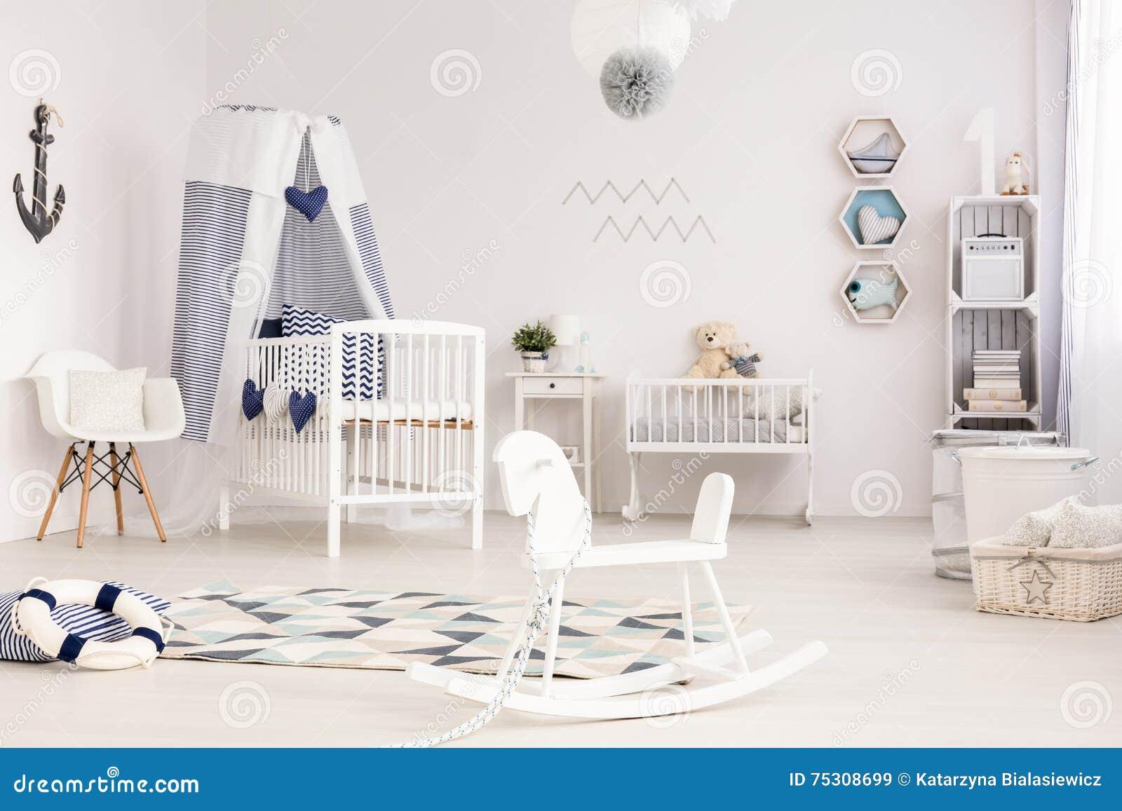 Pièce infantile idyllique prête à accueillir son premier occupant