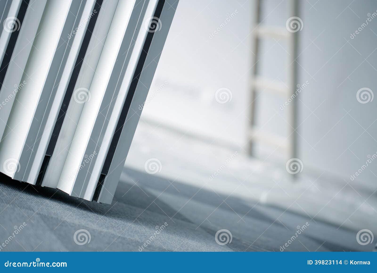 Pièce intérieure des réparations ou du nettoyage d immeuble de bureaux