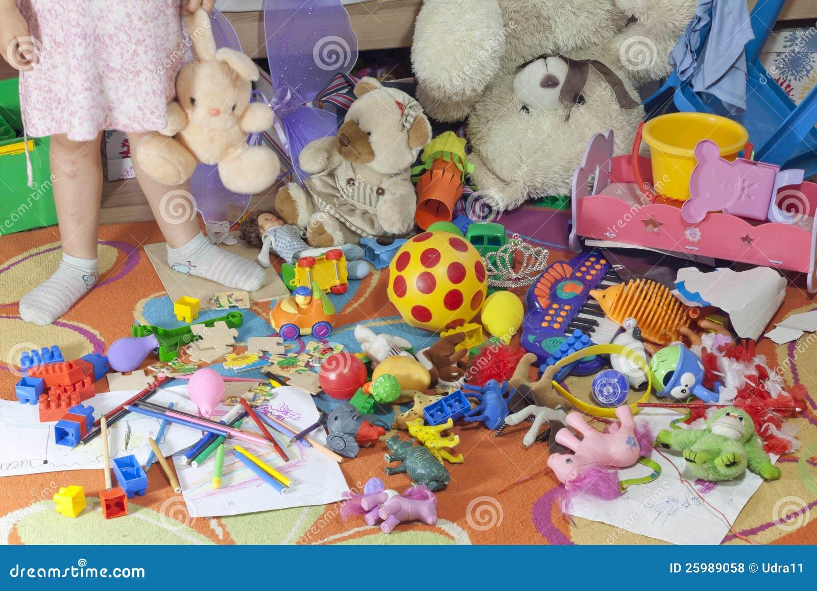 Pièce malpropre de gosses avec des jouets