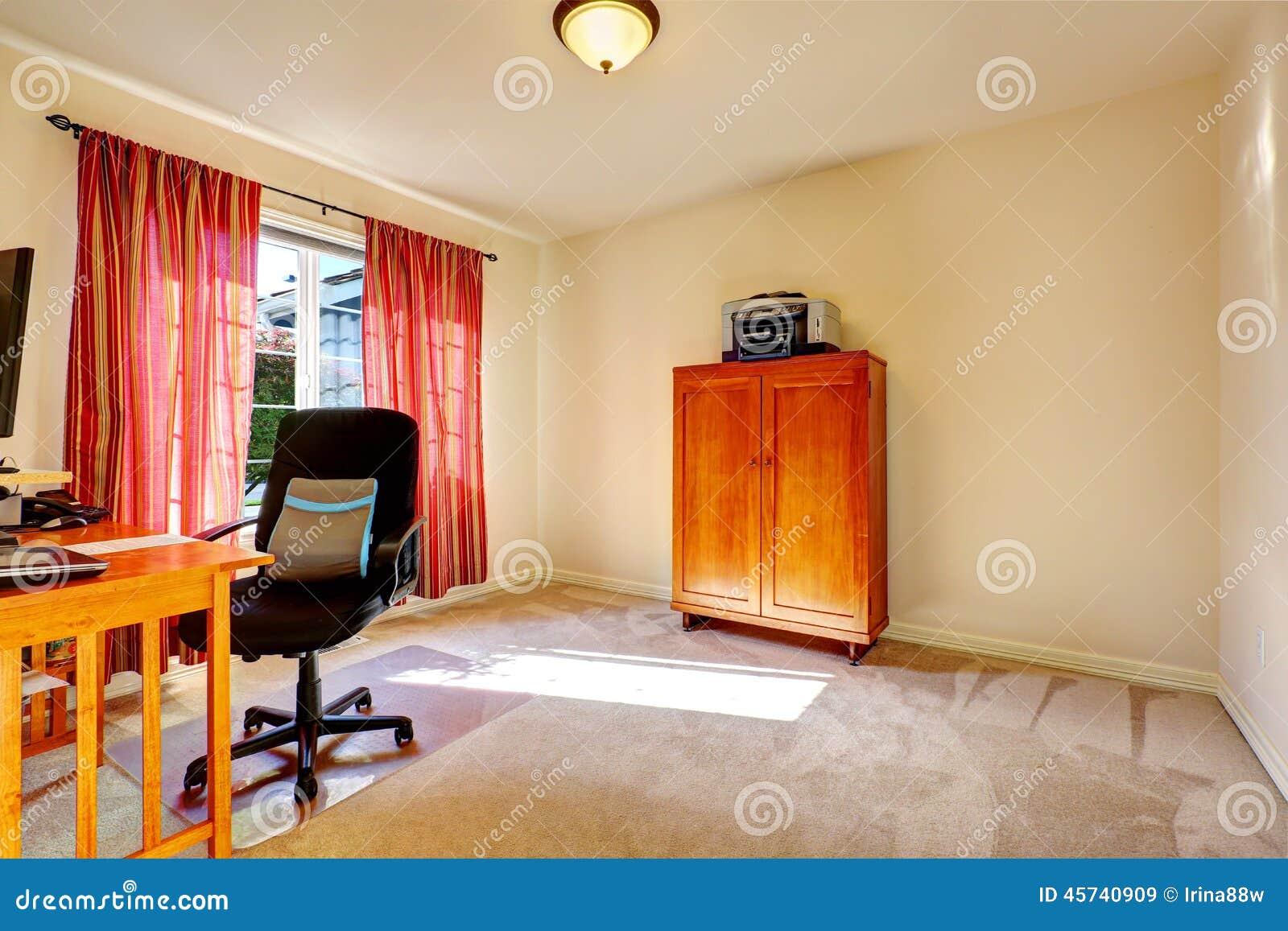Pièce simple de bureau avec le coffret en bois image stock image