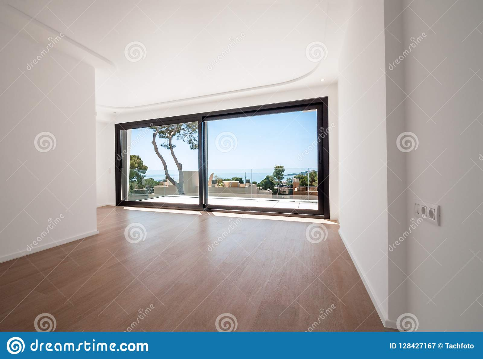Pièce vide blanche avec le paysage vert dans la fenêtre