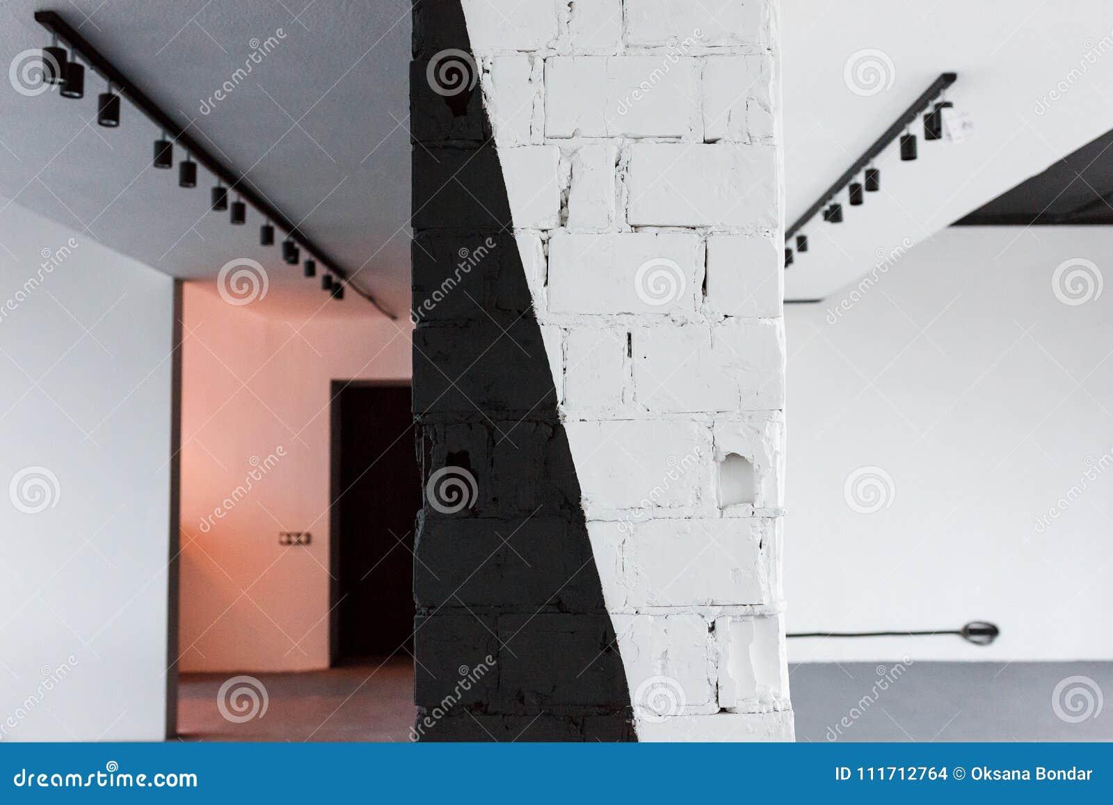 Pièce vide de bureau avec la brique peinte dans le mur noir et