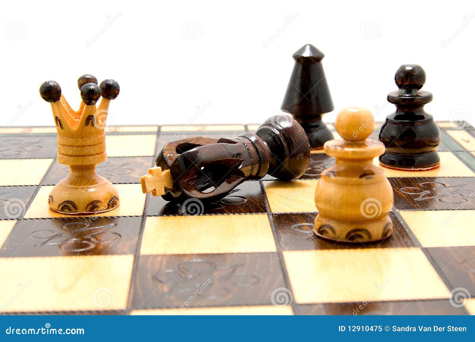 Pièces d échecs sur l échiquier avec le roi tombé