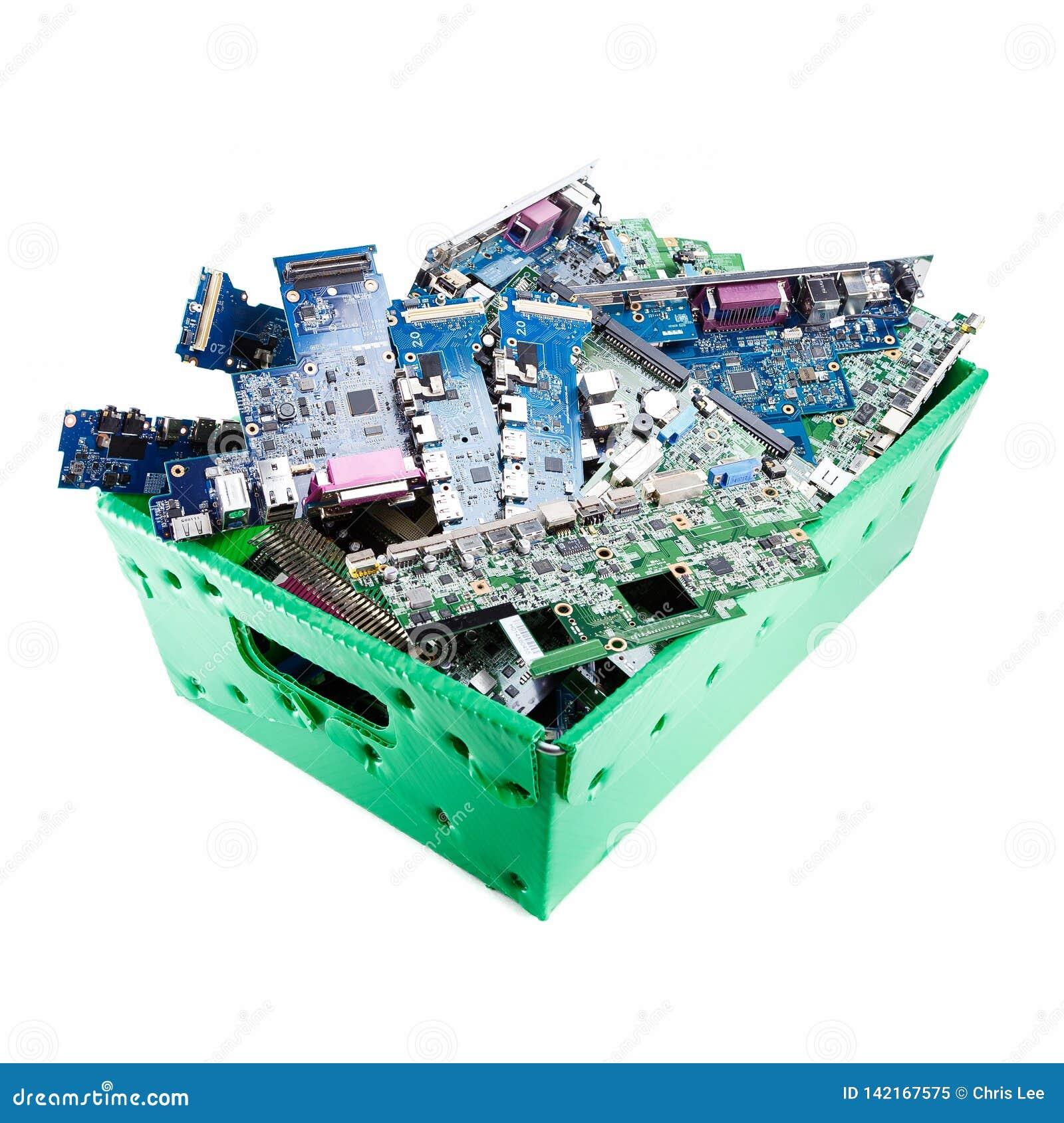 Pièces d ordinateur prêtes pour réutiliser sur le fond blanc