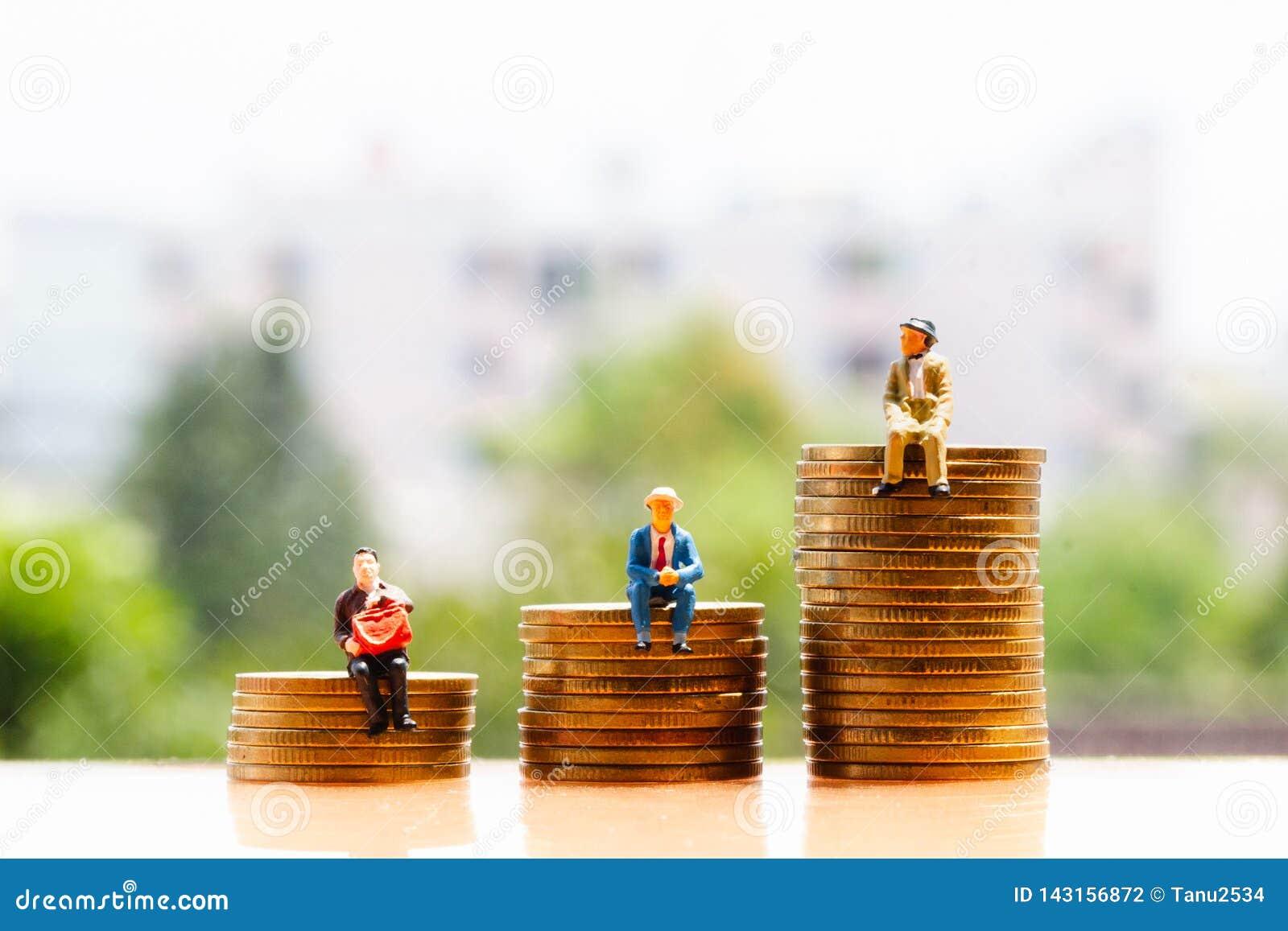 Pièces de monnaie et personnes âgées sur le fond de nature ; économie d argent