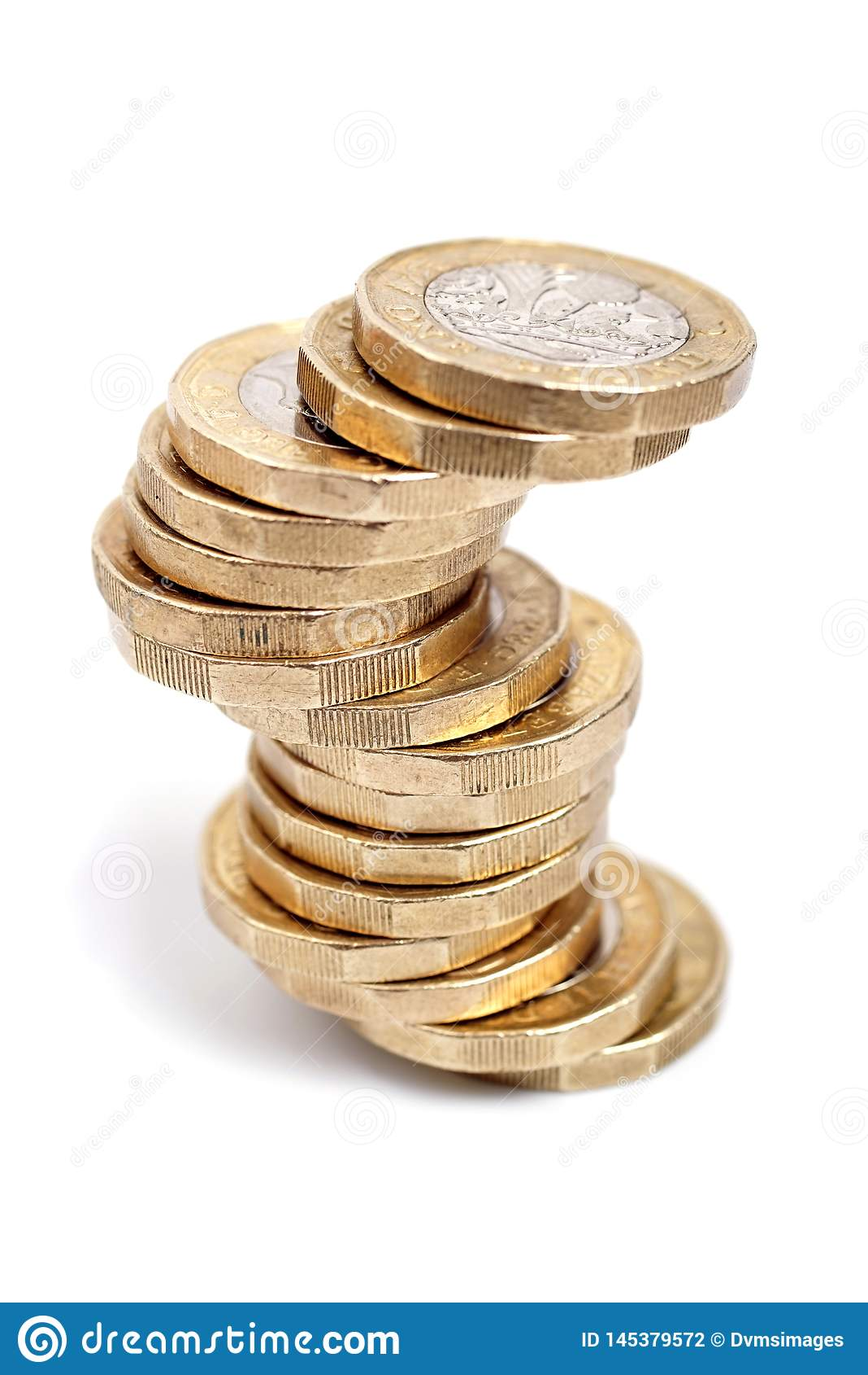 Pièces de monnaie de livre britannique sur le fond blanc
