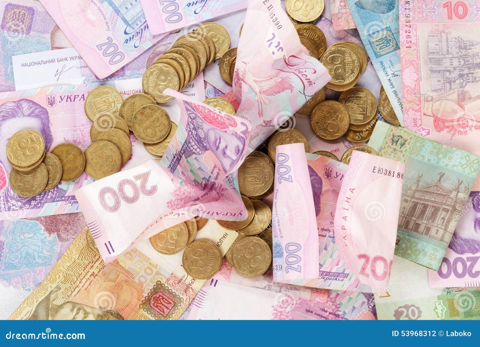 Pièces de monnaie ukrainiennes sur des billets de banque