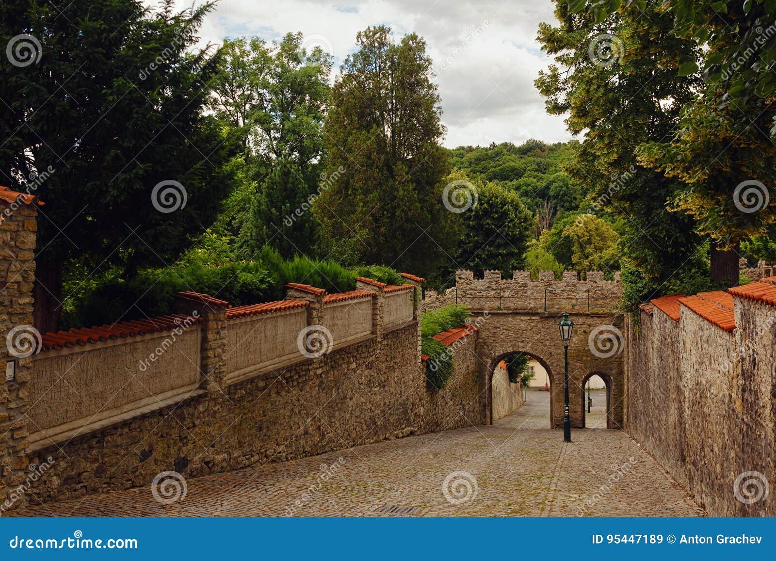 Pièces de mur et de porte de tour dans Kutna Hora, République Tchèque, trac
