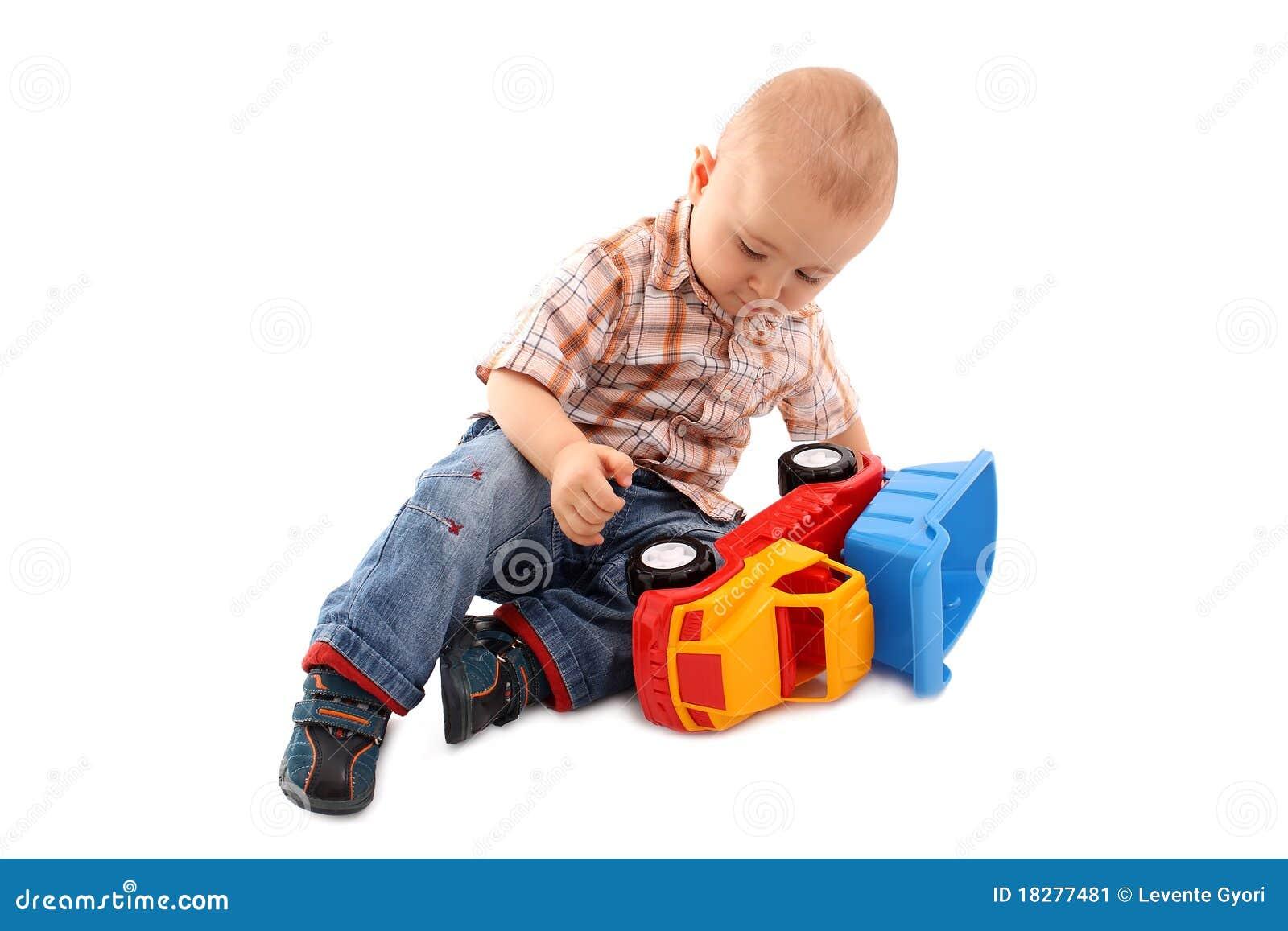 Pièces de petit garçon avec le jouet