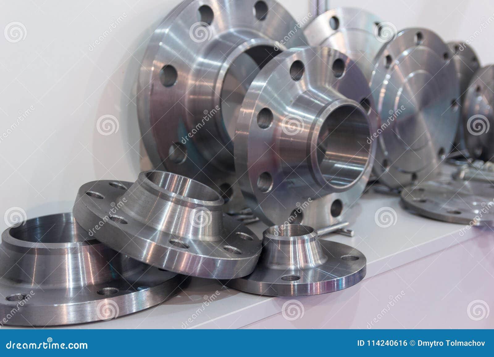 Pièces en métal faites sur un tour