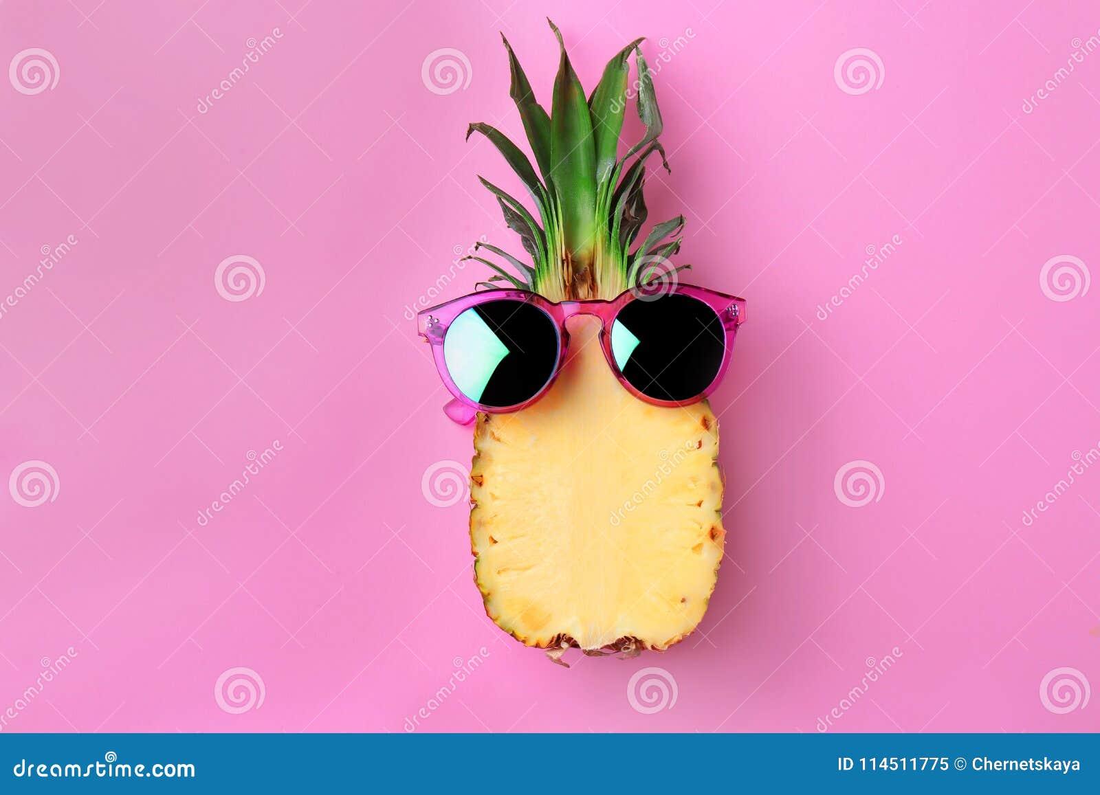 Piña divertida con las gafas de sol