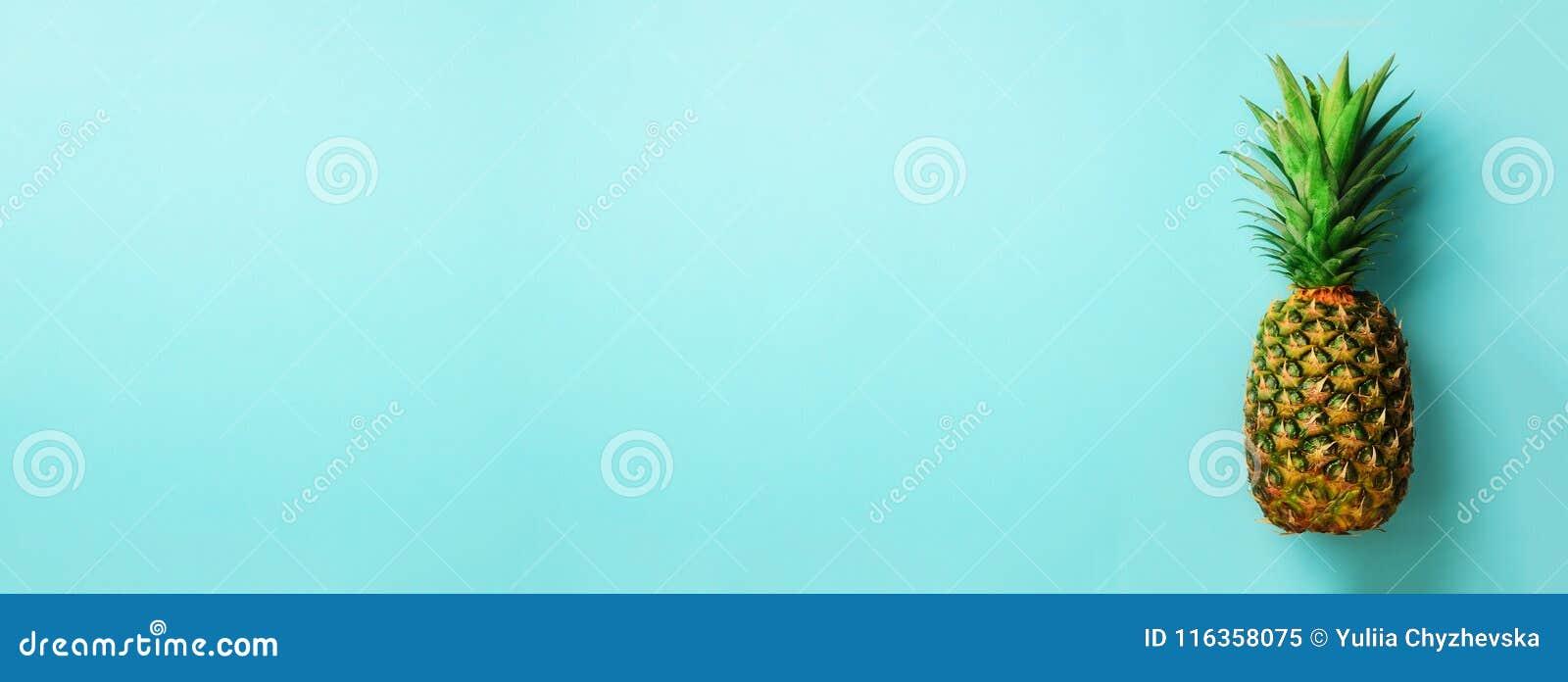 Piña en fondo azul Visión superior Copie el espacio Modelo para el estilo mínimo Diseño del arte pop, concepto creativo bandera