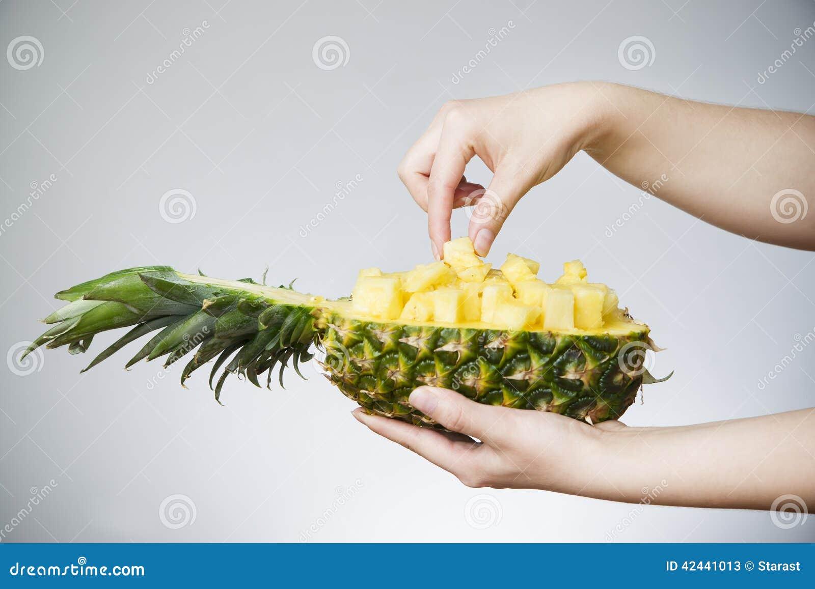 Piña en manos femeninas