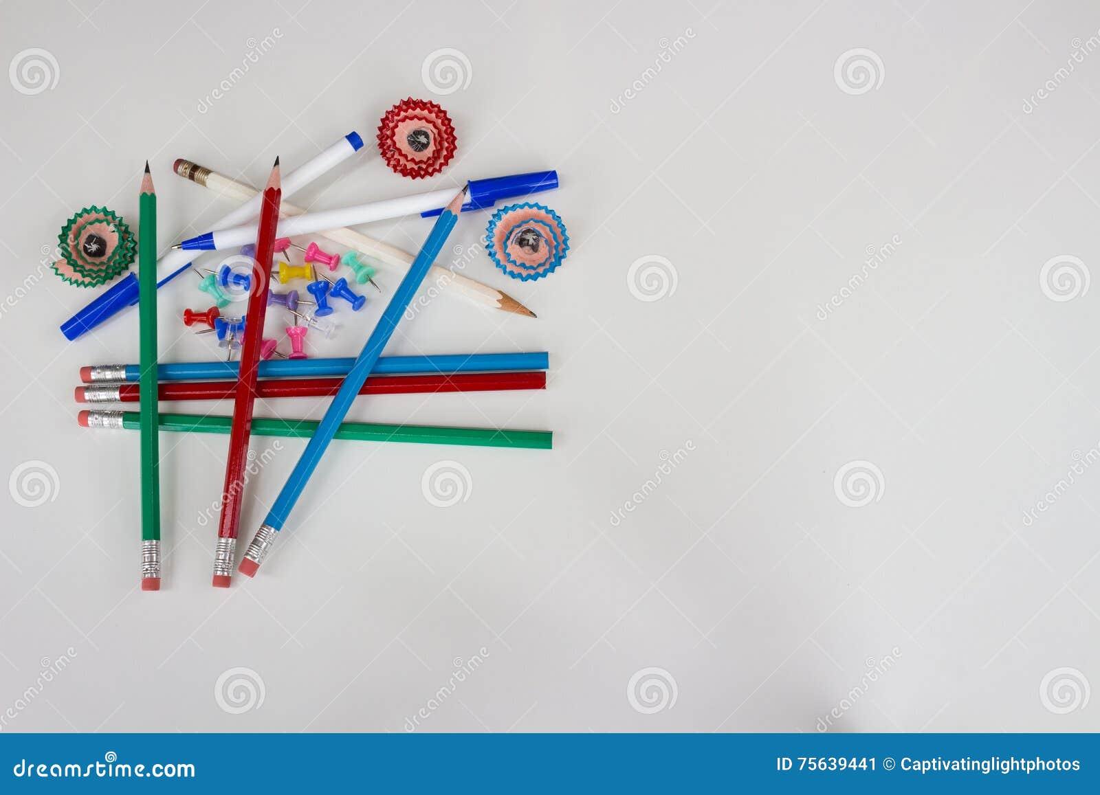 Pióra, ołówki, pchnięcie szpilki i ołówkowi golenia na lewicie,