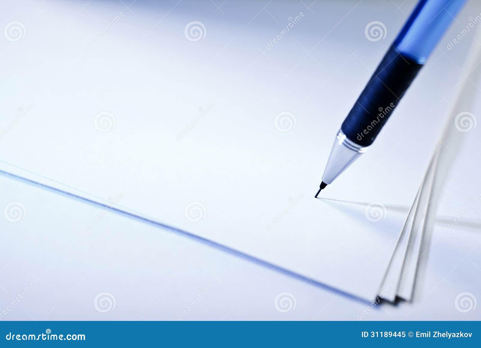 Pióro na papierze