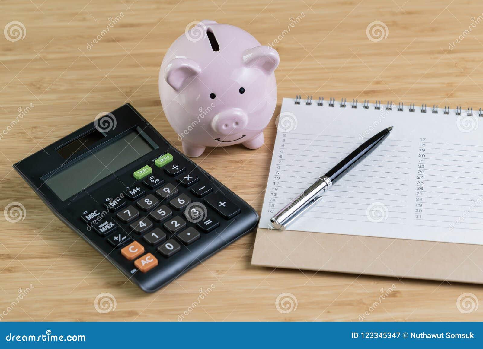 Pióro z listą priorytet liczba na białym nutowym ochraniaczu z różową świnią