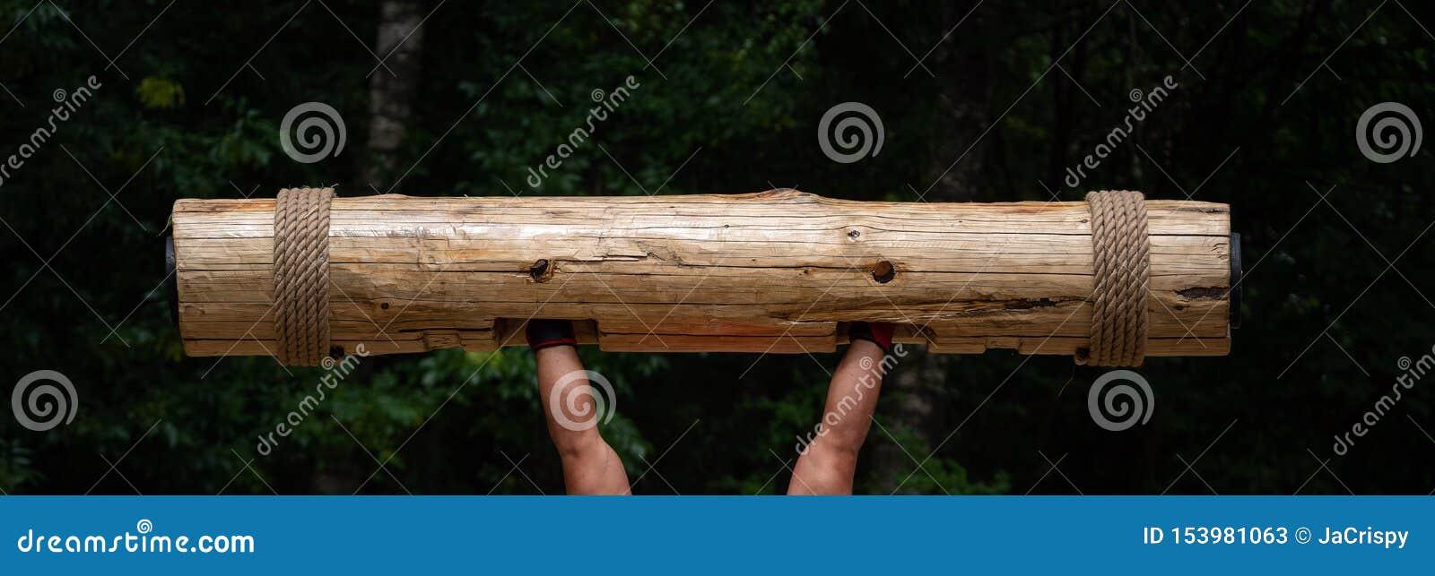 Più forte uomo nella concorrenza del mondo Mani muscolari che alzano tronco di legno pesante Ceppo di legno di sollevamento dell
