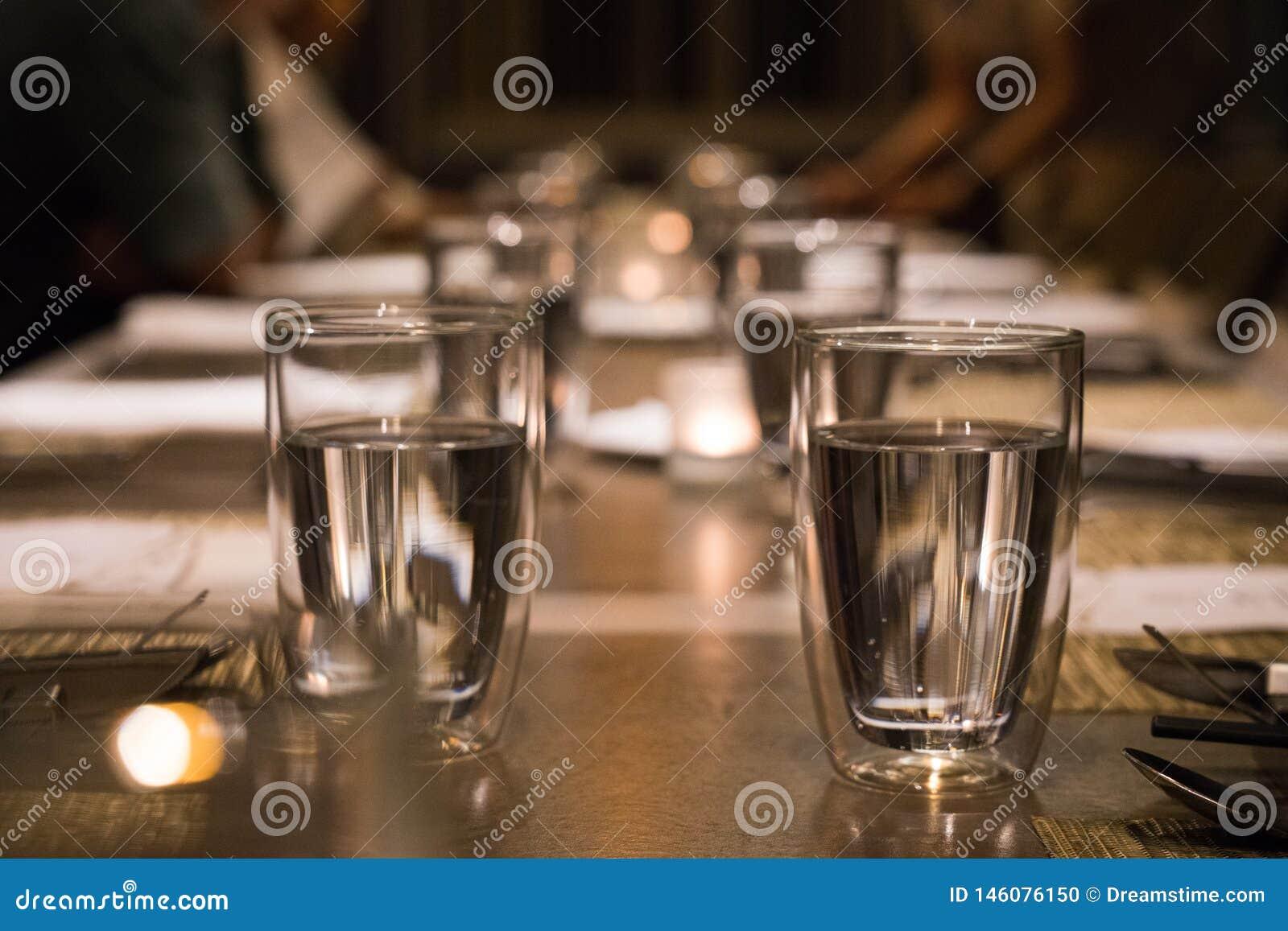Pić szkło na łomota stole